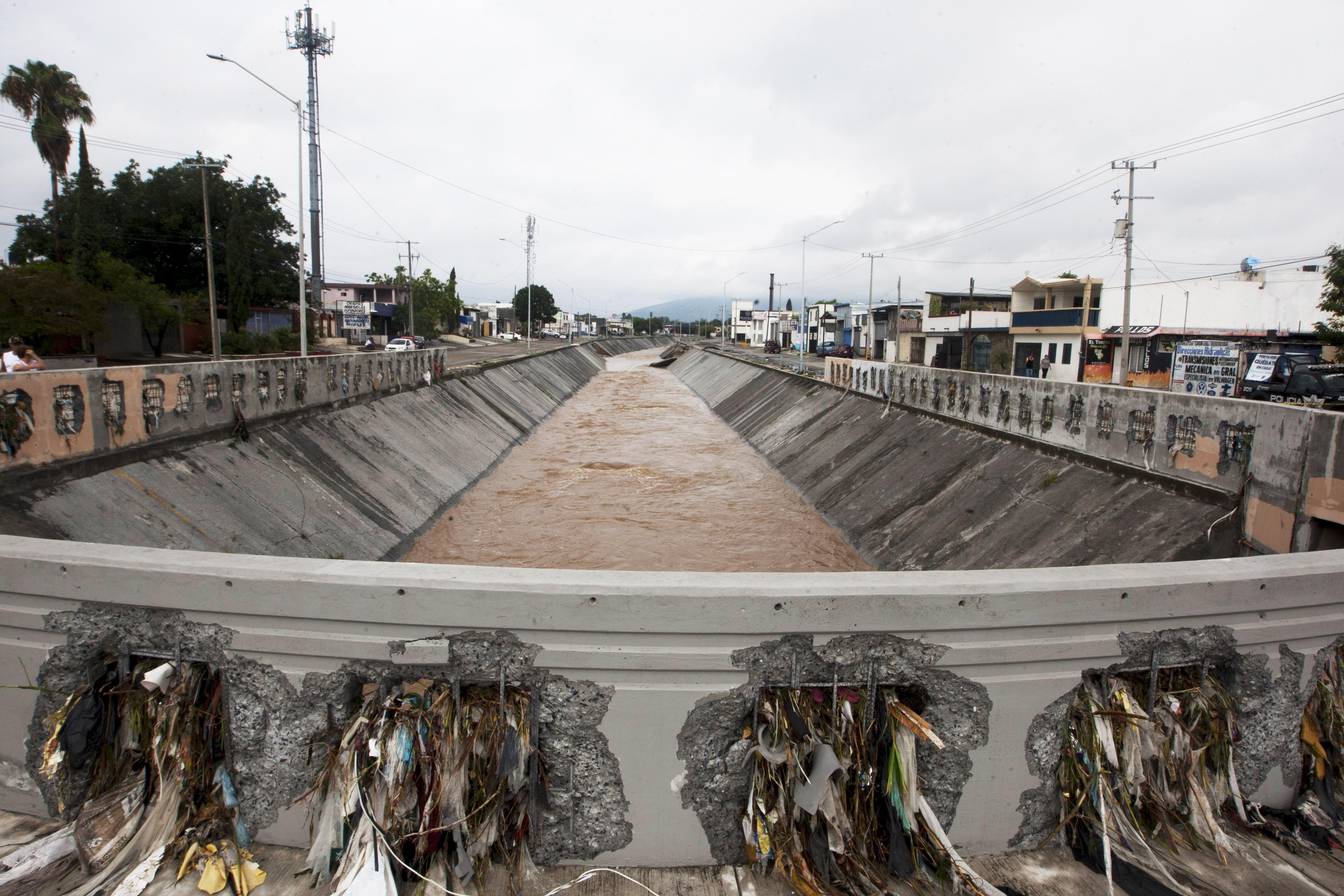 Vista del canal Topo Chico después de las fuertes lluvias por la tormenta Hanna en el área metropolitana de Monterrey, estado de Nuevo León, México, el 27 de julio de 2020.