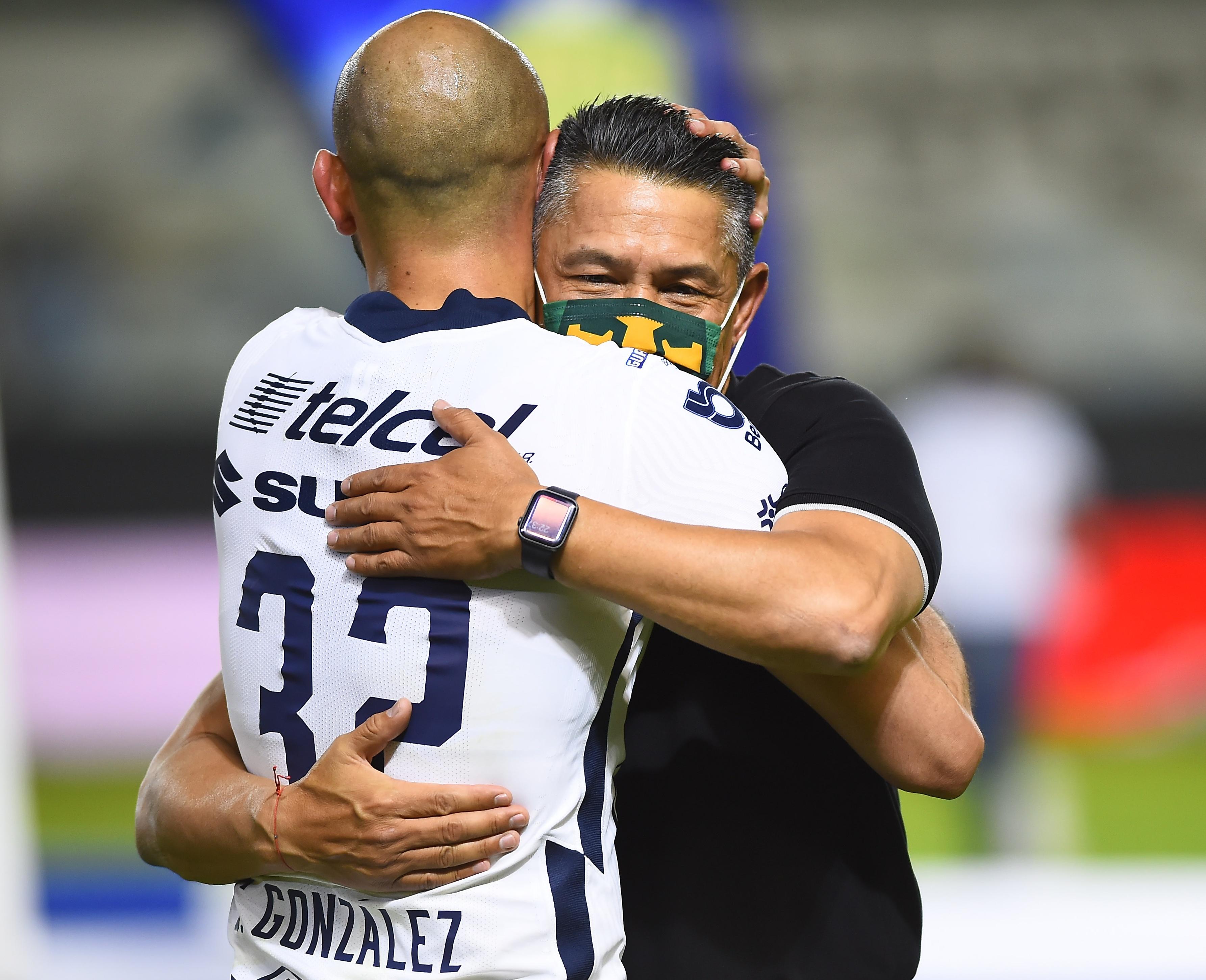 Carlos González con el técnico de León Ignacio Ambriz tras el partido.