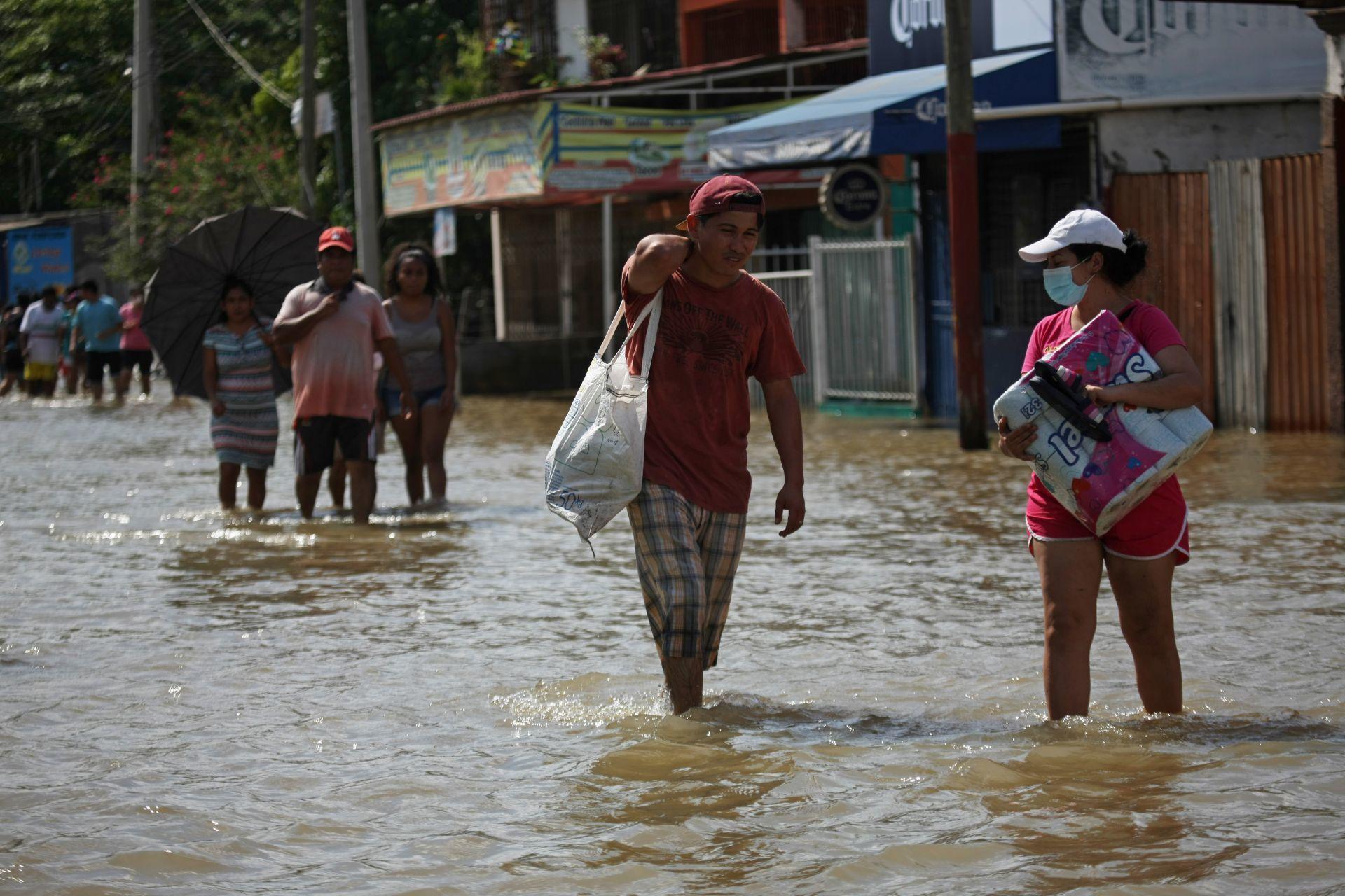 Villahermosa, Tabasco, 8 de noviembre de 2020. De la misma manera habitantes en esta parte de la población piden auxilio a las autoridades del gobierno por temor a que continúe creciendo el nivel, ya que no se abastecen para auxiliarse entre ellos.