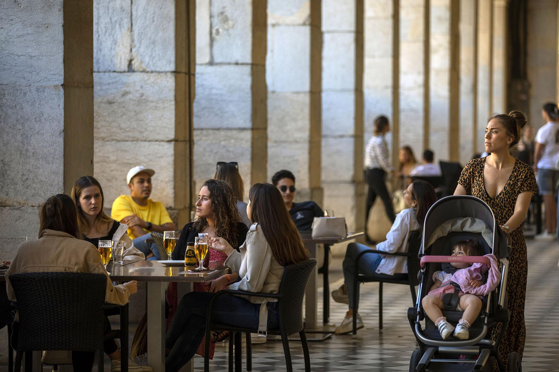 Una terraza de un bar de Girona, España.