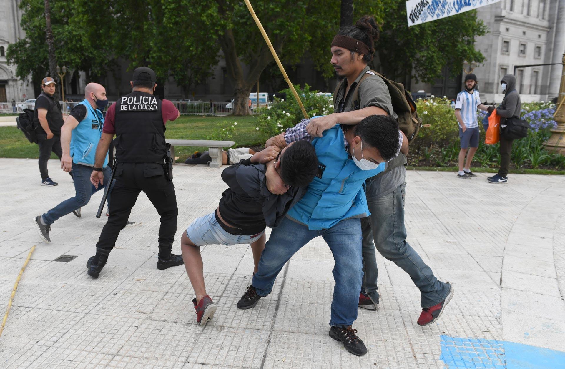 Efectivos de la policía de la Ciudad avanzan contra un fanático