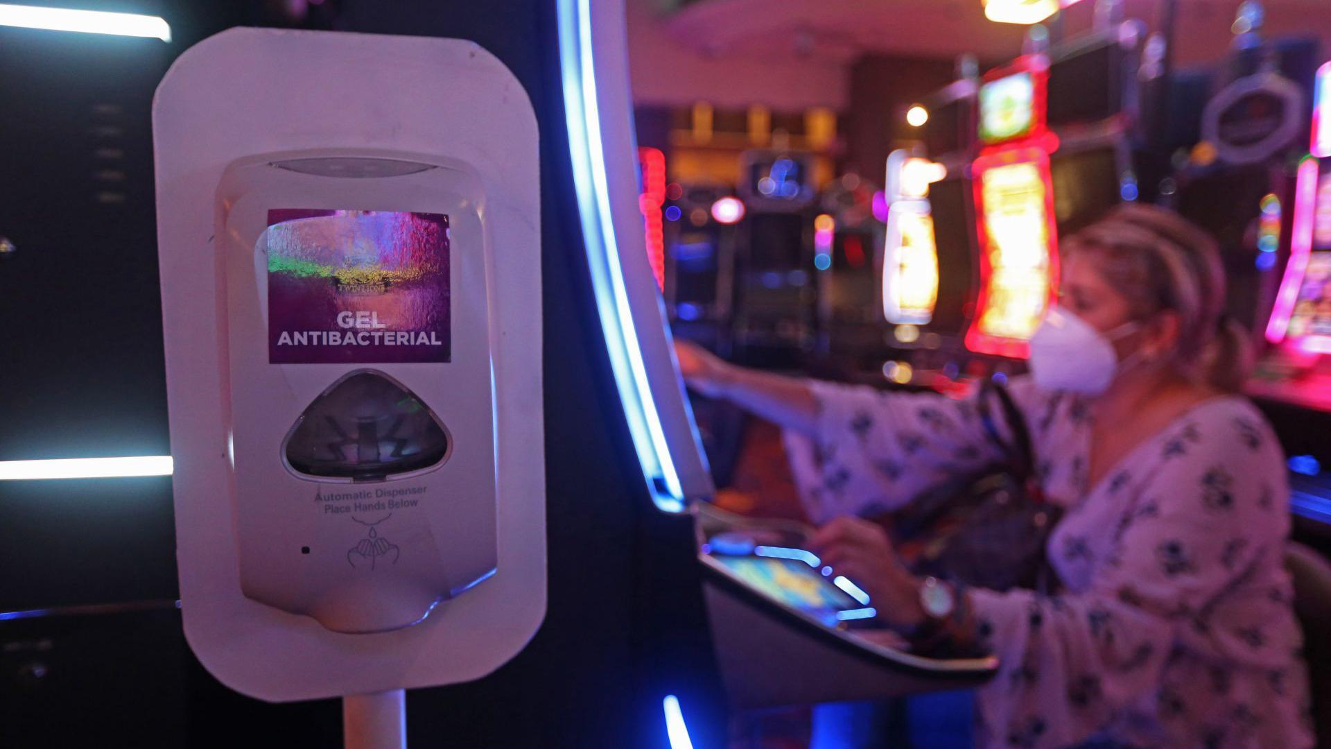 Diversos quioscos sanitarios se muestran a lo largo de las instalaciones de un conocido casino de la ciudad, esto ya que el día de hoy después de cinco meses de permanecer cerrados a causa de la pandemia sanitaria del COVID-19 fueron reaperturados estos negocios (Foto: Cuartoscuro)