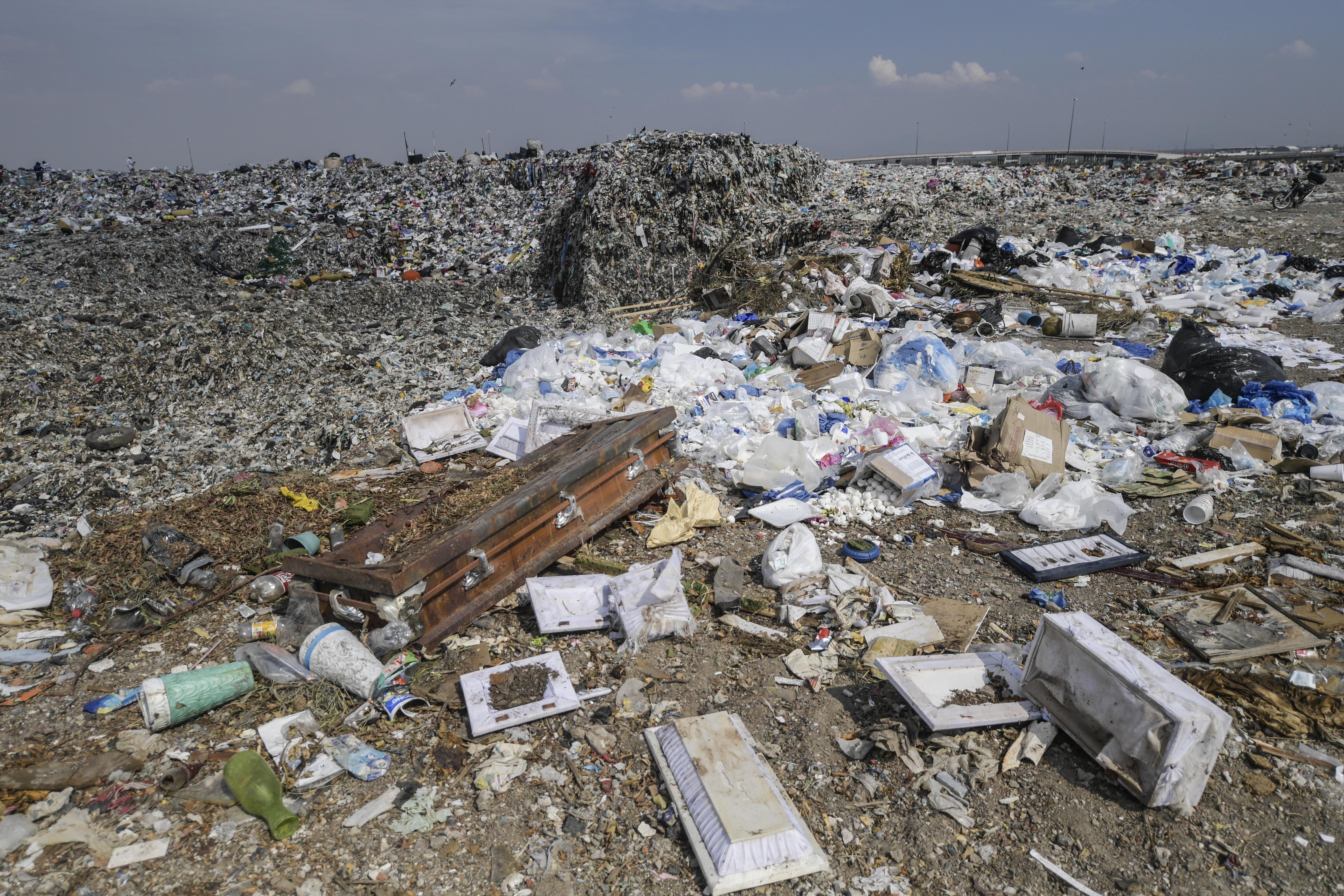 Vista de desechos médicos en el basurero