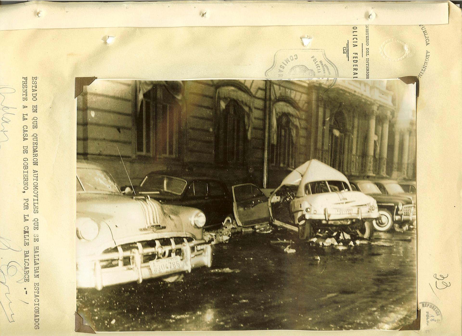 Restos de los autos que estaban estacionados sobre la calle Balcarce frente a la Casa Rosada.