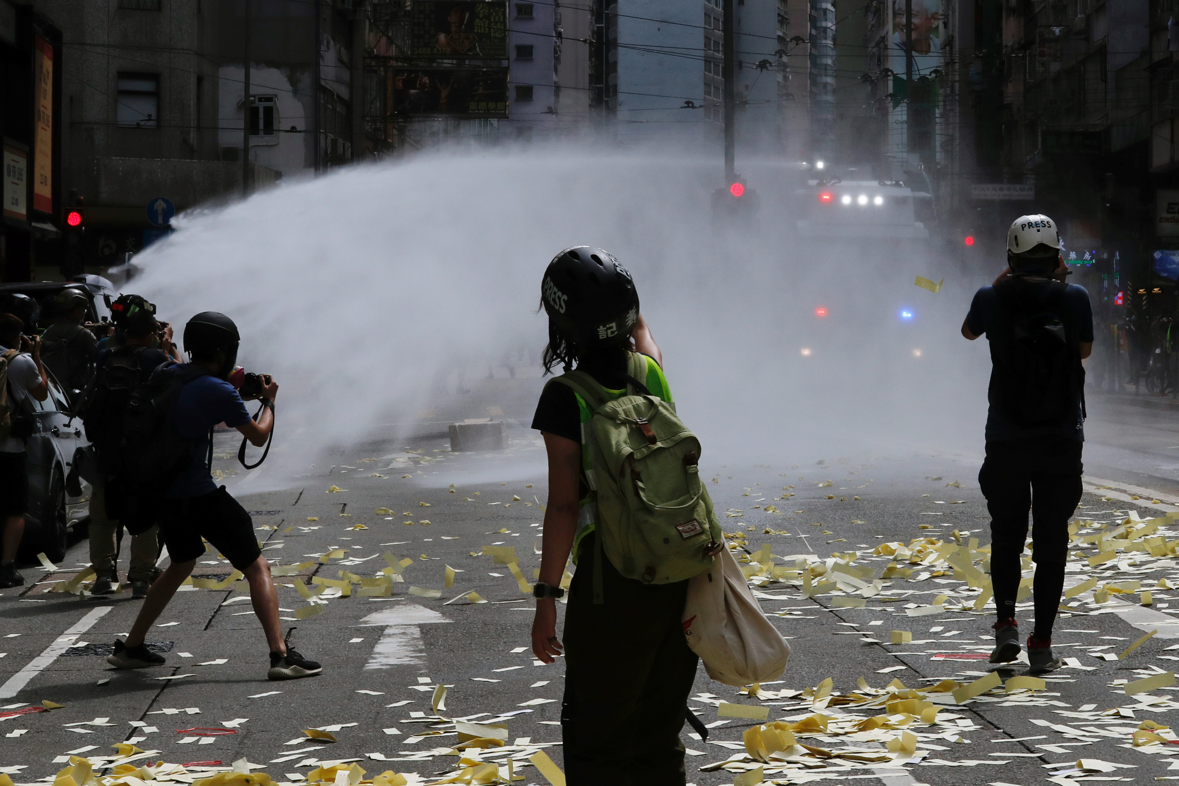 Los antidisturbios emplearon camiones con cañones de agua para tratar de dispersar a los manifestantes, y también lanzaron botes de gas lacrimógeno