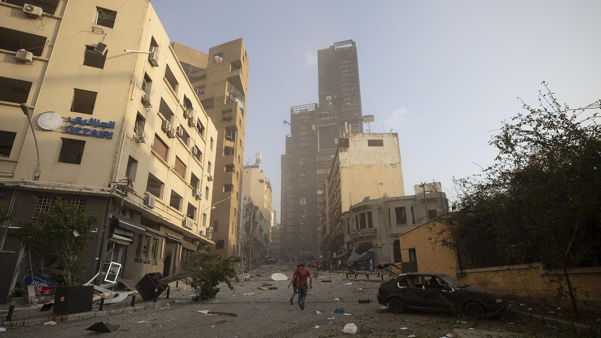 Las secuelas de la explosión masiva se ven en Beirut este martes 4 de agosto (Foto AP/ Hassan Ammar)