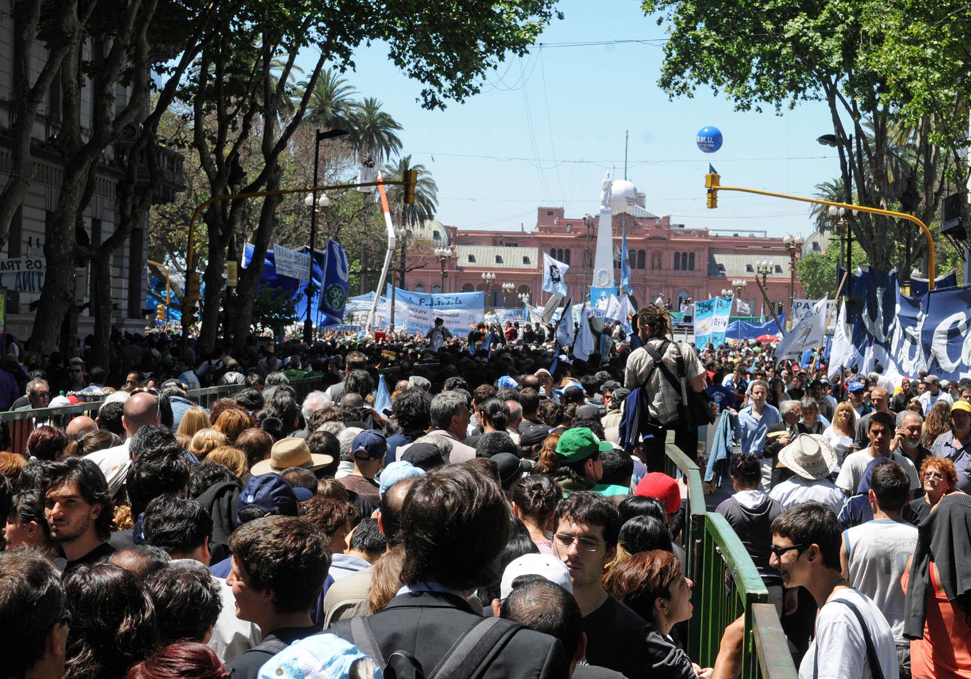 Apenas horas después de conocida la muerte de Néstor Kirchner, las multitudes acongojadas rodearon la Casa Rosada. Desde ese momento y durante cuatro días, cientos de miles de personas se congregaron para despedir al líder peronista con canciones, silencios, aplausos y carteles (NA)