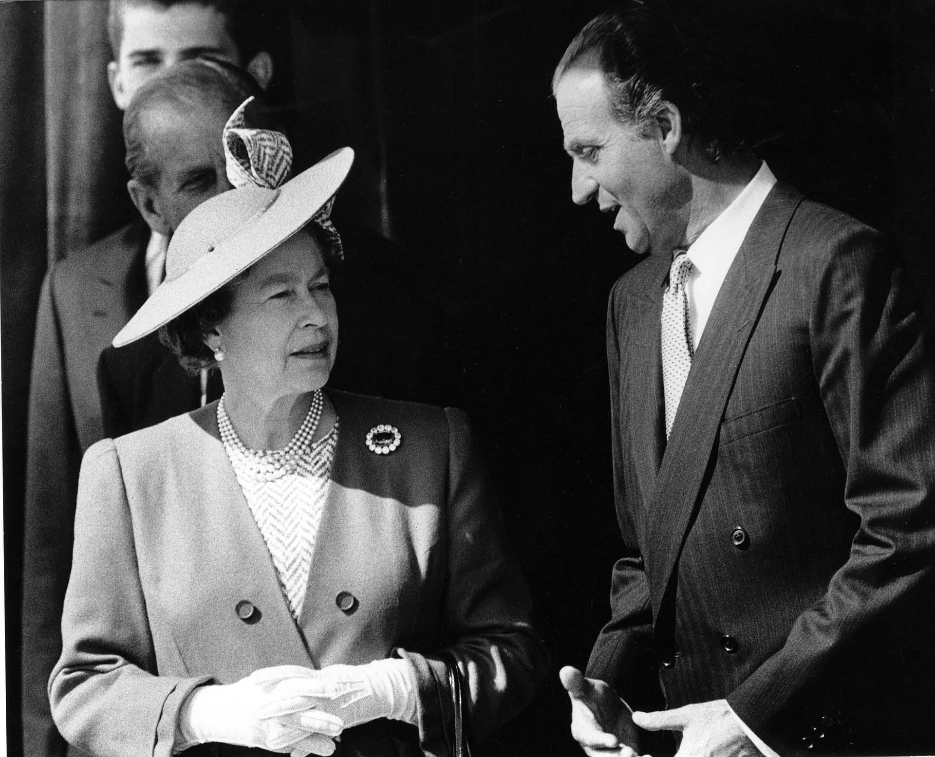 La reina Isabel del Reino Unido y Juan Carlos de España en 1988, en Madrid (Shutterstock)