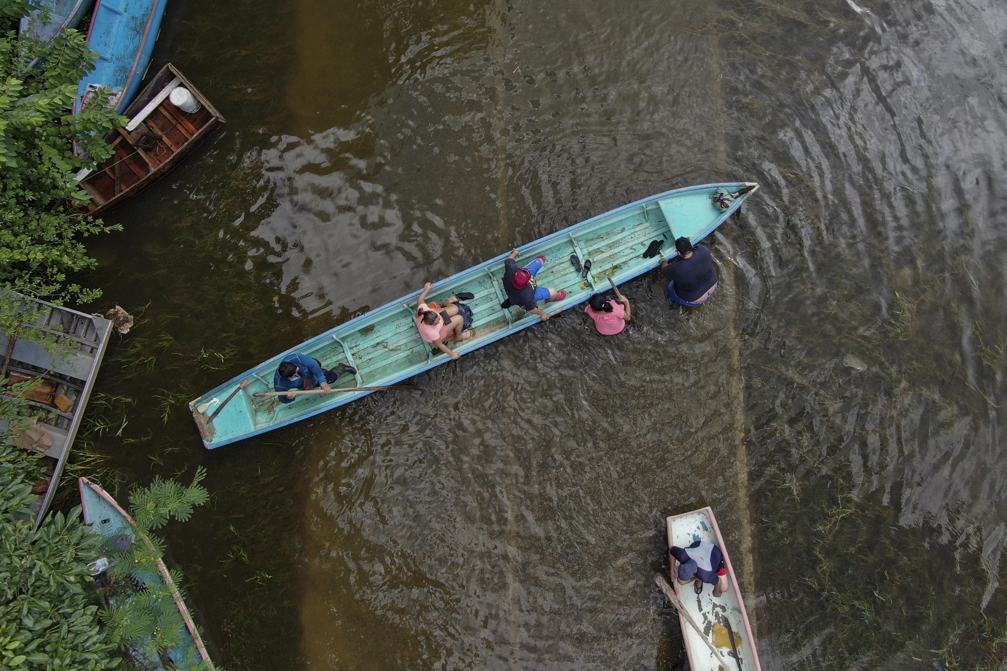 Vista de una balsa tras el desborde del río Grijalva debido a las fuertes lluvias en Villahermosa, estado de Tabasco, México, el 7 de noviembre de 2020.
