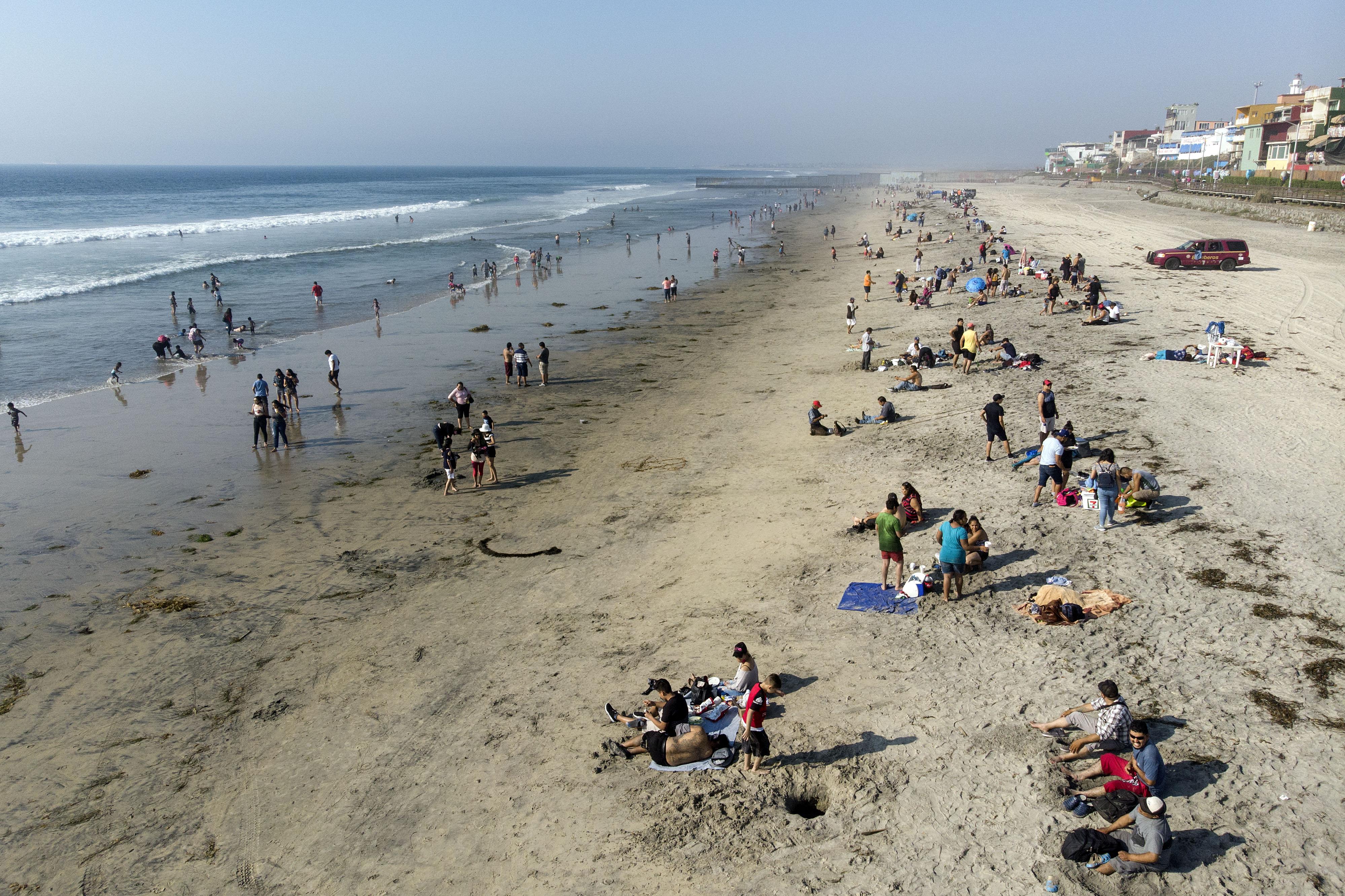Vista aérea de personas en la playa de Playas de Tijuana cerca de la frontera entre Estados Unidos y México en Tijuana, estado de Baja California, México, el 3 de octubre de 2020, en medio de la pandemia del coronavirus COVID-19.
