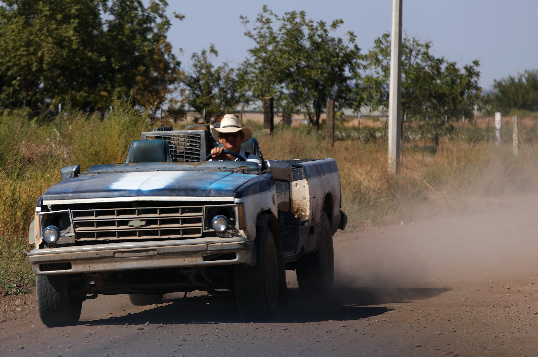 Un hombre menonita conduce una camioneta en una comunidad menonita en el municipio de Ascensión, estado de Chihuahua, México, el 26 de septiembre de 2020.
