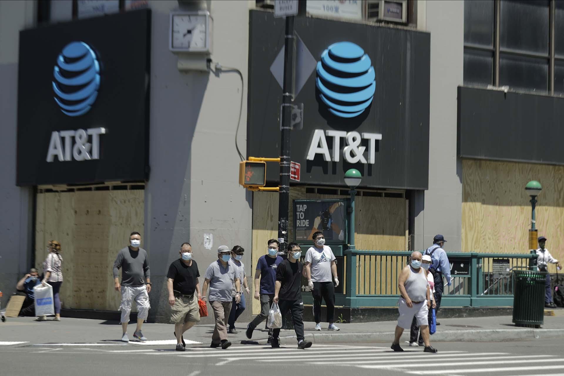 Peatones con máscaras en una calle de Queens, en Nueva York, este lunes, cuando miles de personas fueron autorizadas a regresar a sus trabajos.