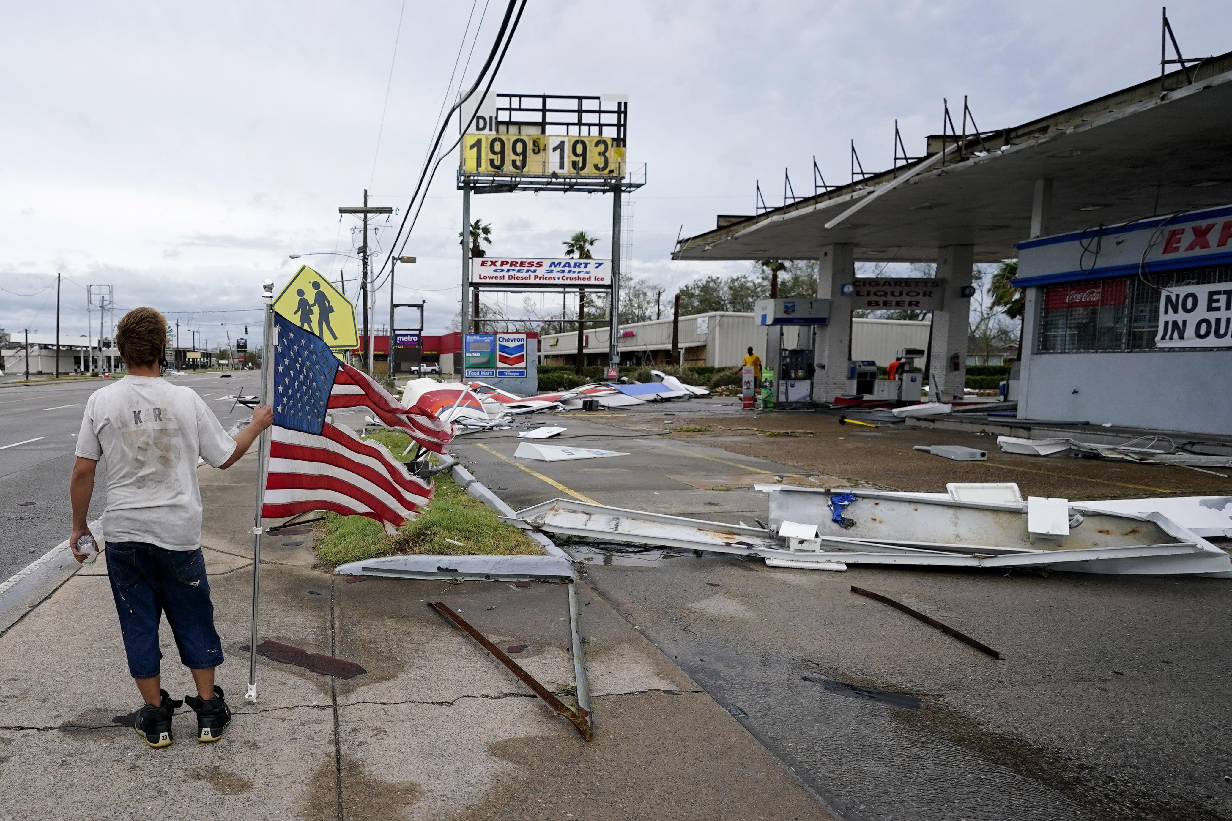 Dustin Amos camina cerca de los escombros en una gasolinera este jueves 27 de agosto, en Lake Charles, Lousiana, después de que el huracán Laura atravesara el estado. (Foto AP/Gerald Herbert)
