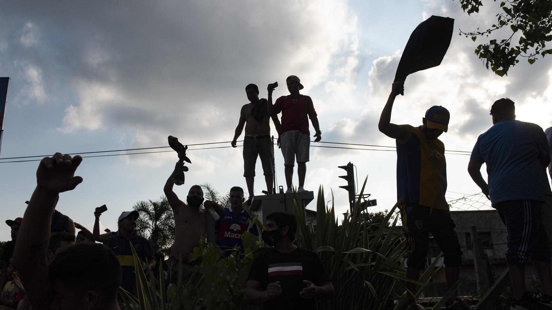 A contraluz, la multitud venera al ídolo (Adrian Escandar)