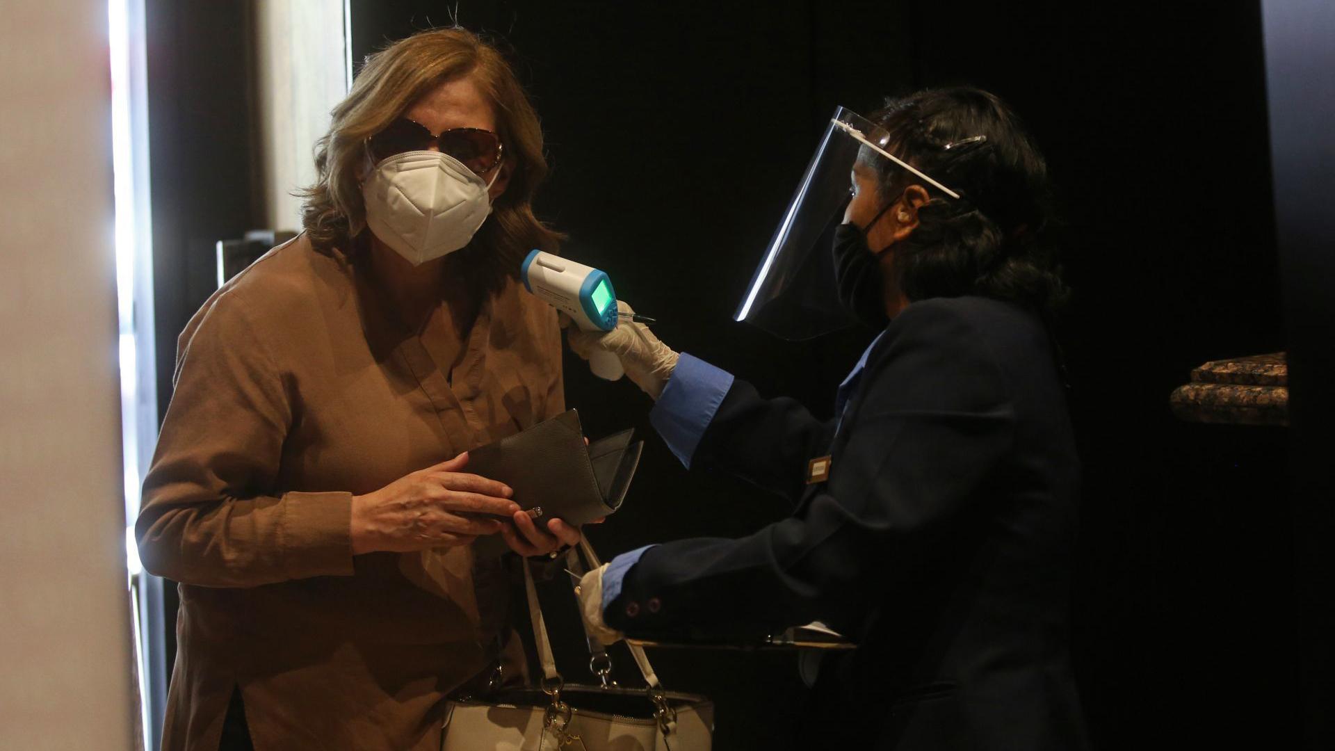 Una clienta de un conocido casino de la ciudad, le realizan el protocolo sanitario correspondiente, esto previo a entrar y hacer uso de las instalaciones y después de cinco meses de permanecer cerrados a causa de la pandemia sanitaria del COVID-19 (Foto: Cuartoscuro)