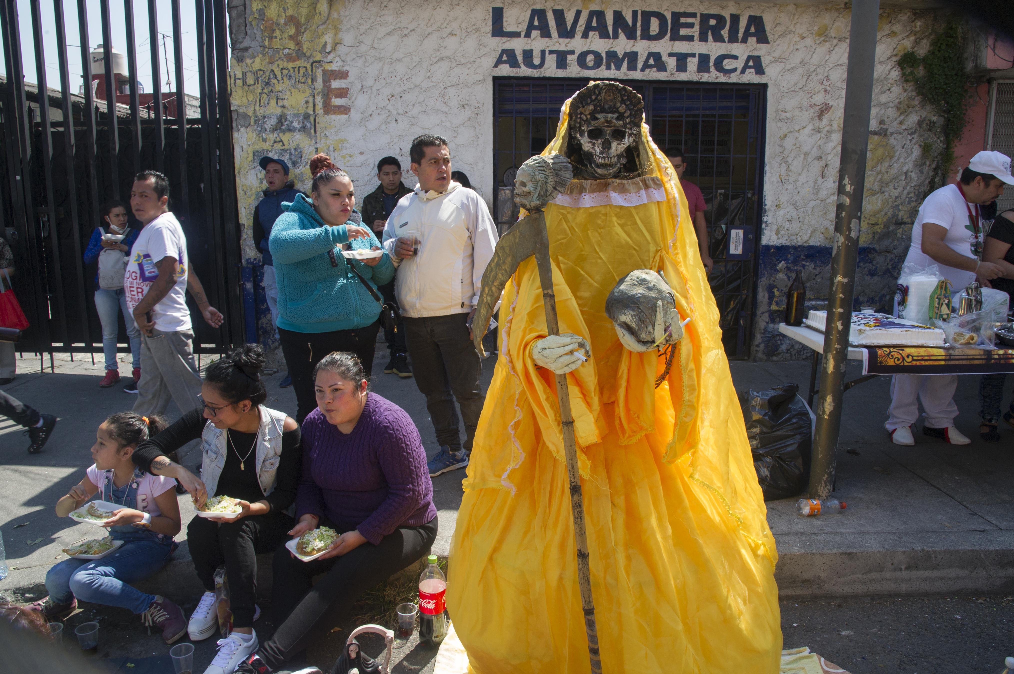 Vista de una figura de Santa Muerte colocada por los devotos junto a su santuario en la calle Alfarería, en el barrio de Tepito, de la Ciudad de México, el 1 de octubre de 2020
