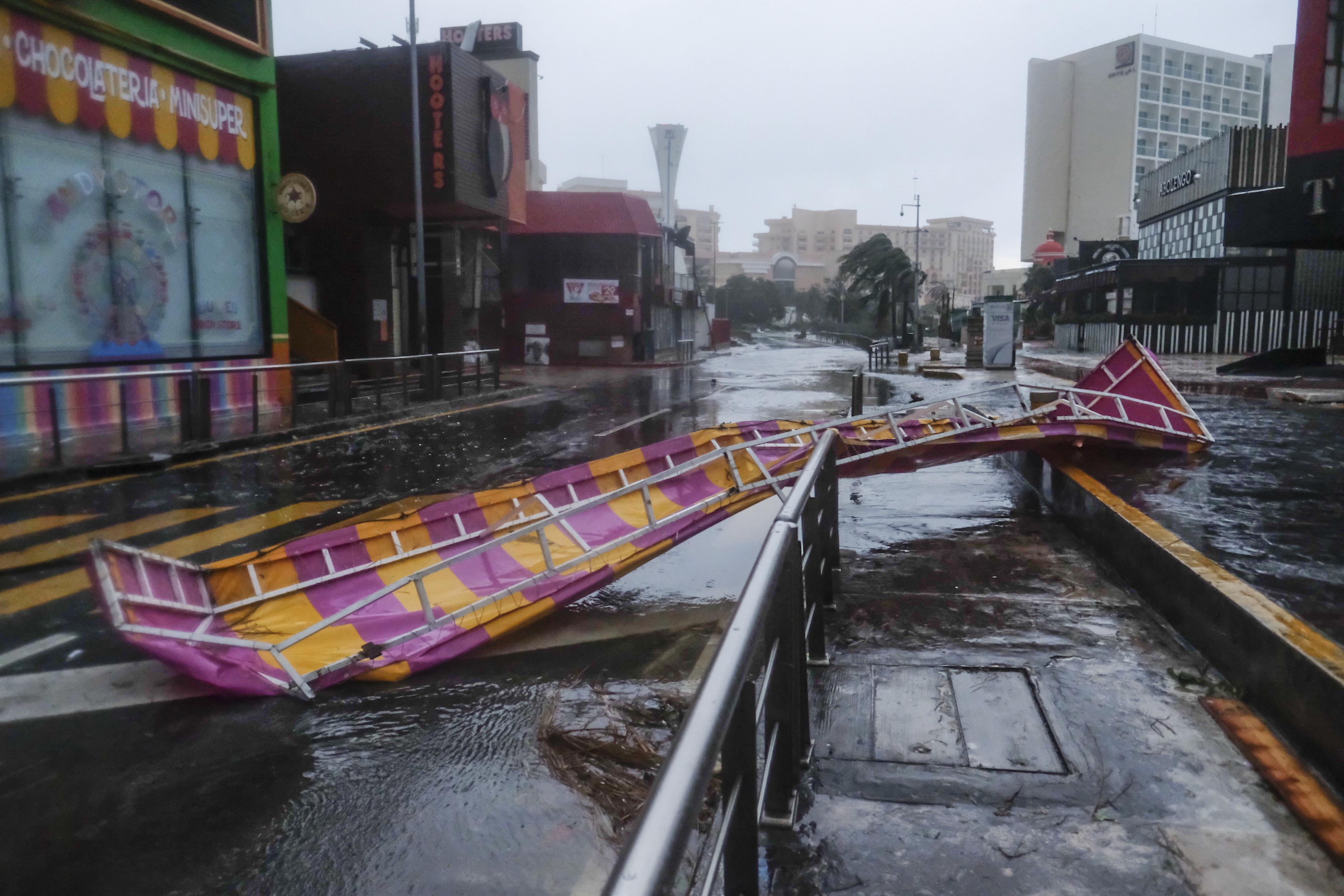 Una estructura que fue volada de un edificio por el huracán Delta se encuentra en una calle en Cancún, México, el miércoles 7 de octubre de 2020.