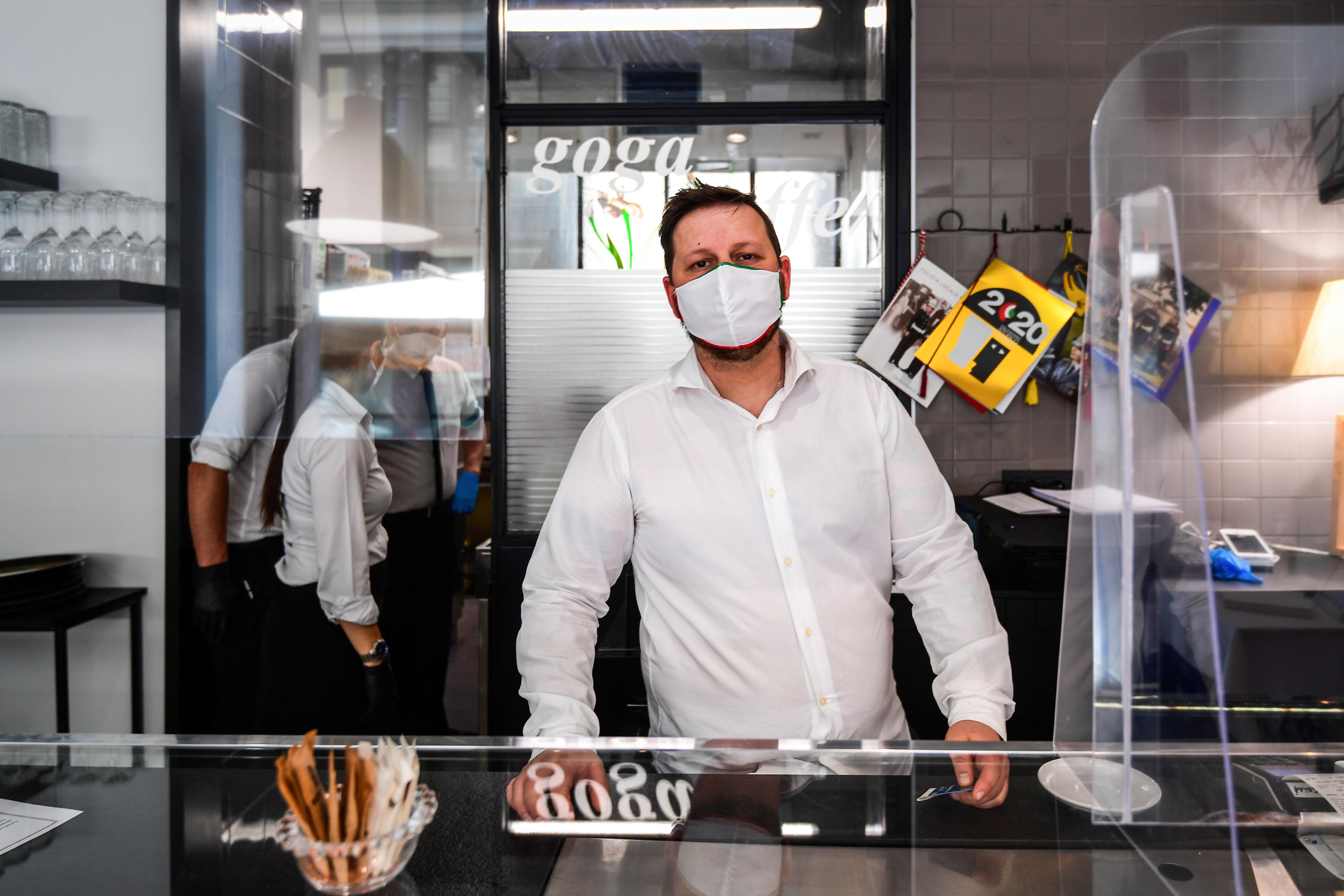 El dueño del Goga Cafe en su bar en el primer día de reapertura (Miguel Medina/ AFP)
