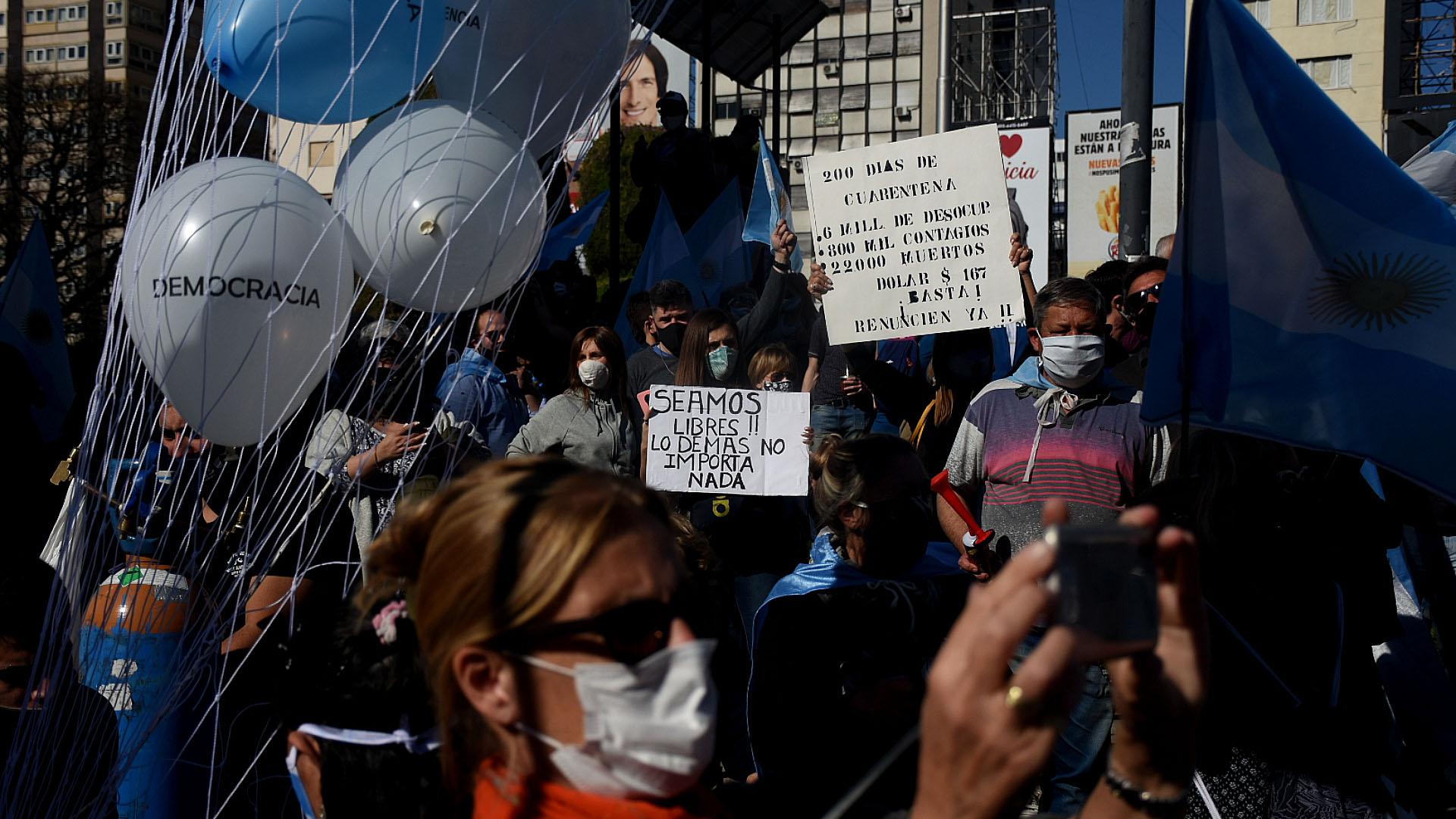 Muchos de los manifestantes protestaron contra la extensión de la cuarentena contra el coronavirus
