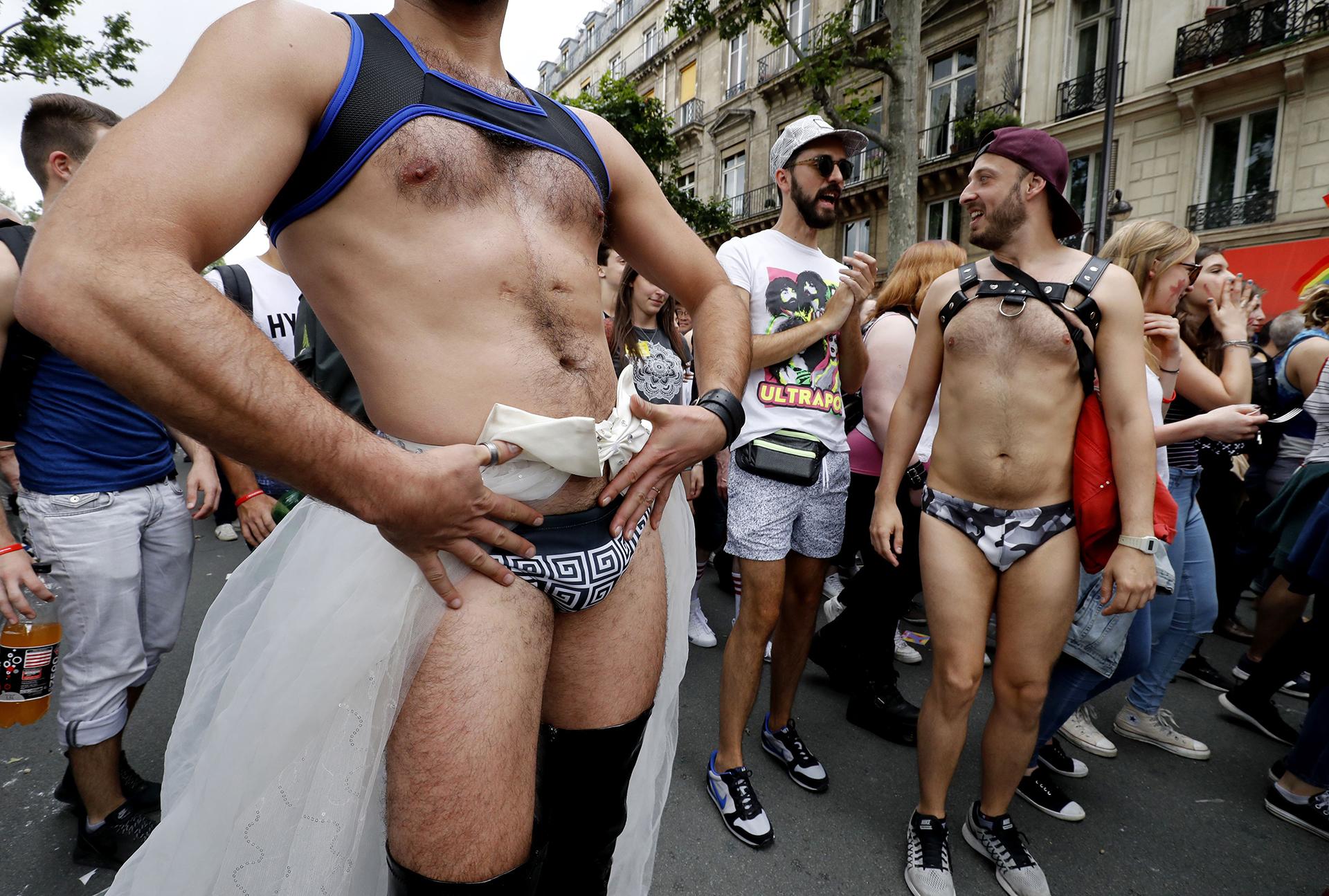 Un participante disfrazado durante el desfile del Orgullo en París el 2 de julio de 2016