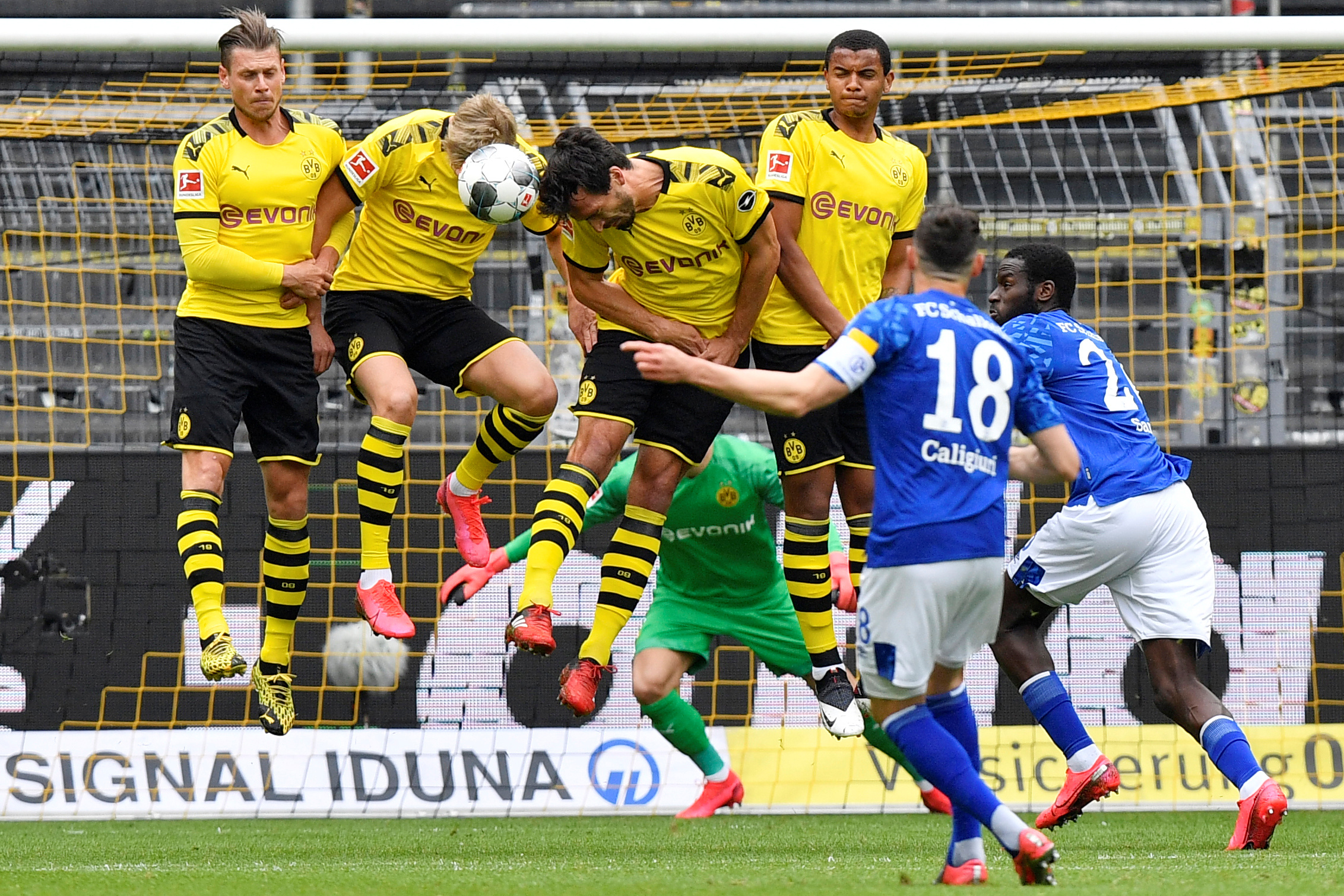 Borussia Dortmund's barrier avoids the goal danger (REUTERS)