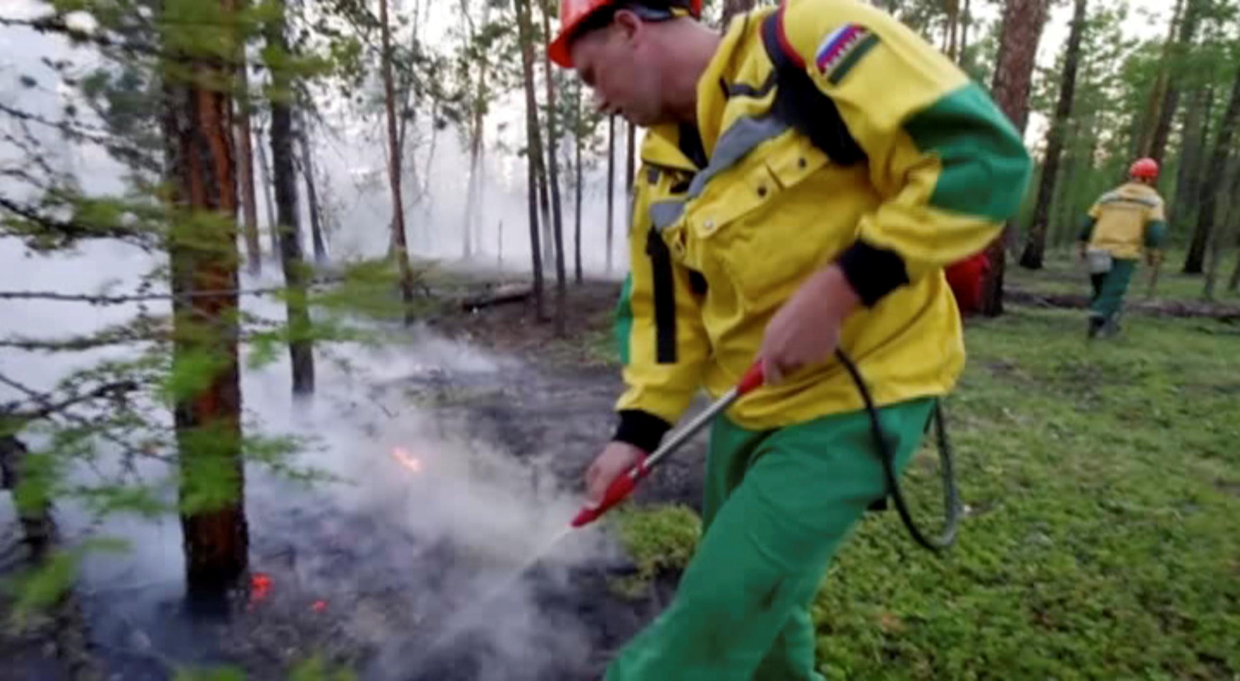 Un especialista busca apagar el fuego en la región de Yakutia (Servicio Aéreo Ruso de protección forestal via REUTERS)