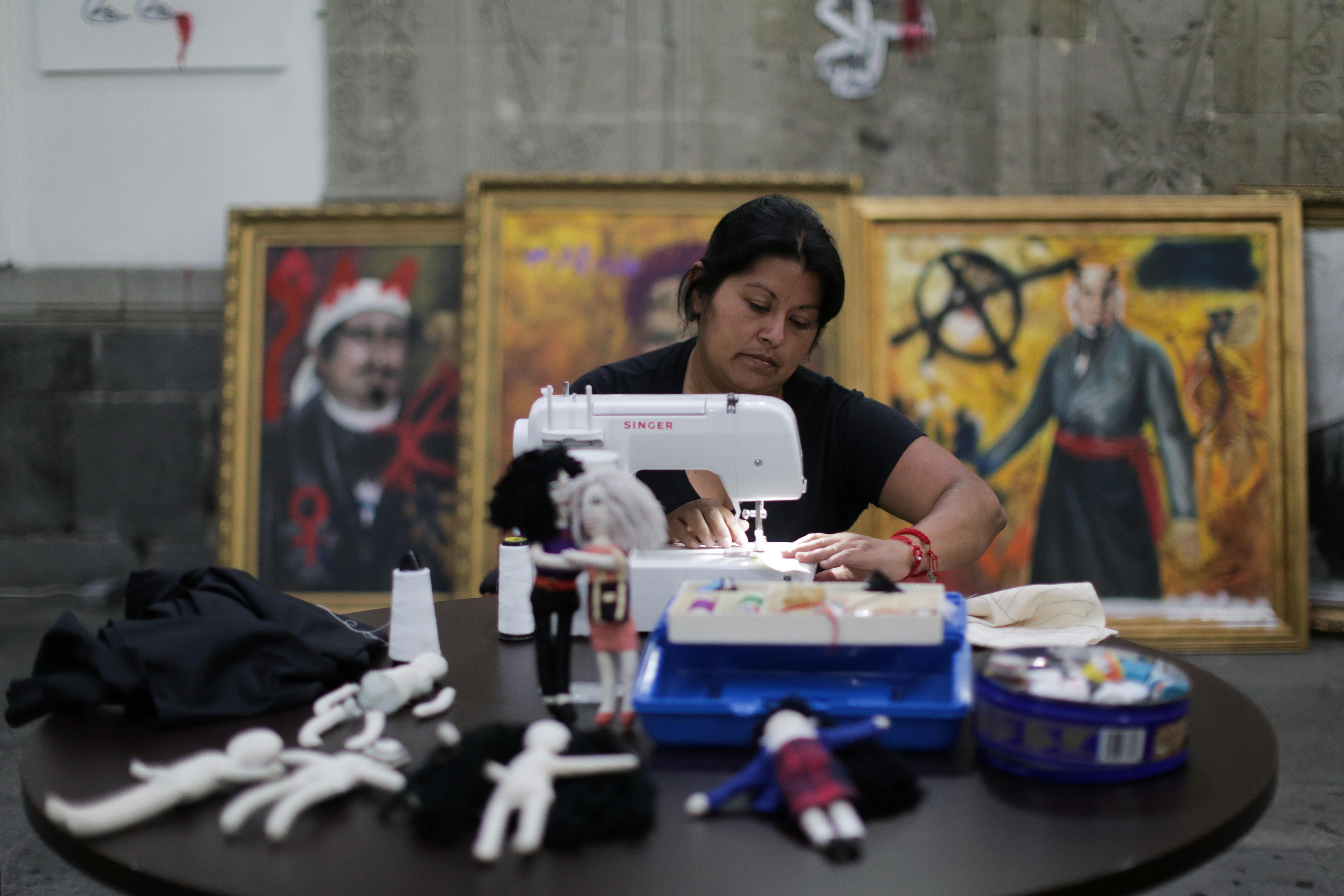 Erika Martínez, madre de una víctima de violencia de género y activista feminista, cose muñecos de tela dentro de las instalaciones del edificio de la Comisión Nacional de Derechos Humanos, en apoyo a las víctimas de violencia de género, en la Ciudad de México, México 10 de septiembre de 2020. Fotografía tomada el 10 de septiembre de 2020.