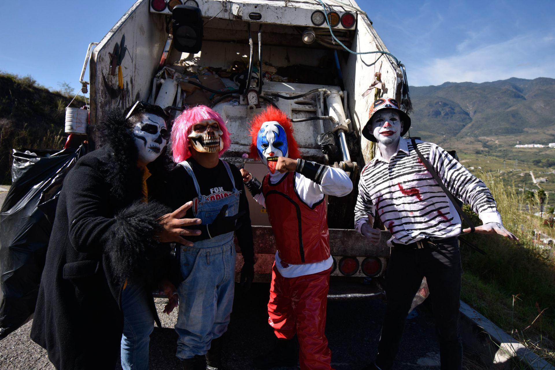 Los trabajadores de recolección de basura del camión