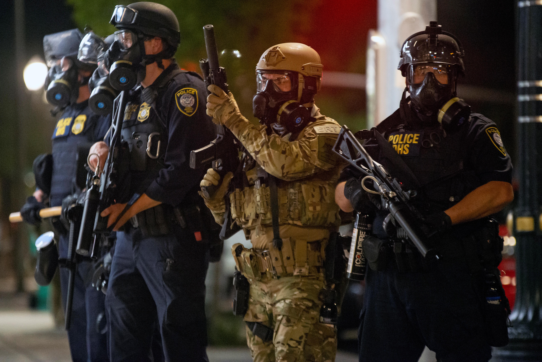 Los agentes federales junto a miembros de la policía local (REUTERS/Nathan Howard)