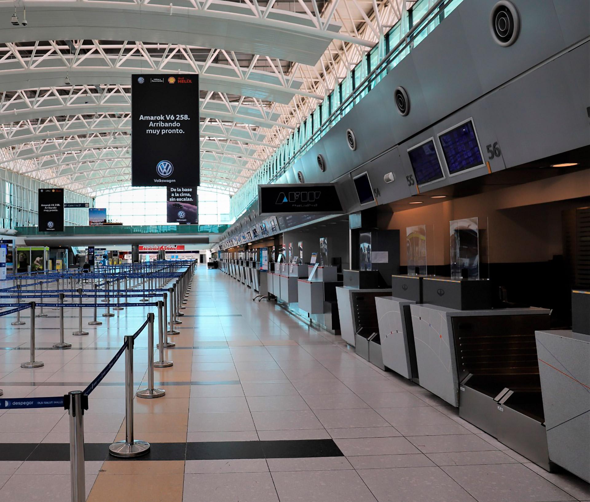 Desde el concesionario aeroportuario aseguraron que se intensificaron los procedimientos de limpieza y desinfección de espacios y elementos, pasamanos, picaportes y mangas de embarque