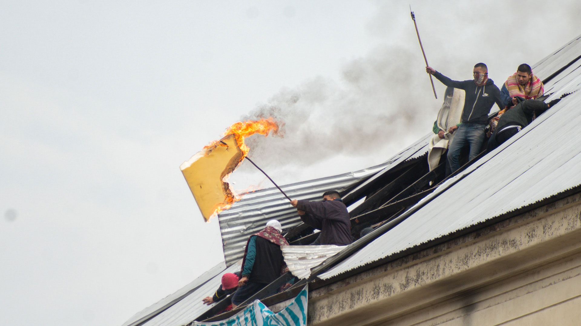 Fuego: un pedazo de colchón se incendia. Hubo también incendios en otros pabellones, algo que podría ocasionar muertes por asfixia.