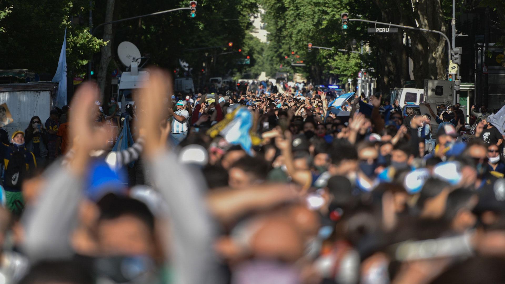 Con el correr de las horas, la fila de personas se hizo cada vez más extensa