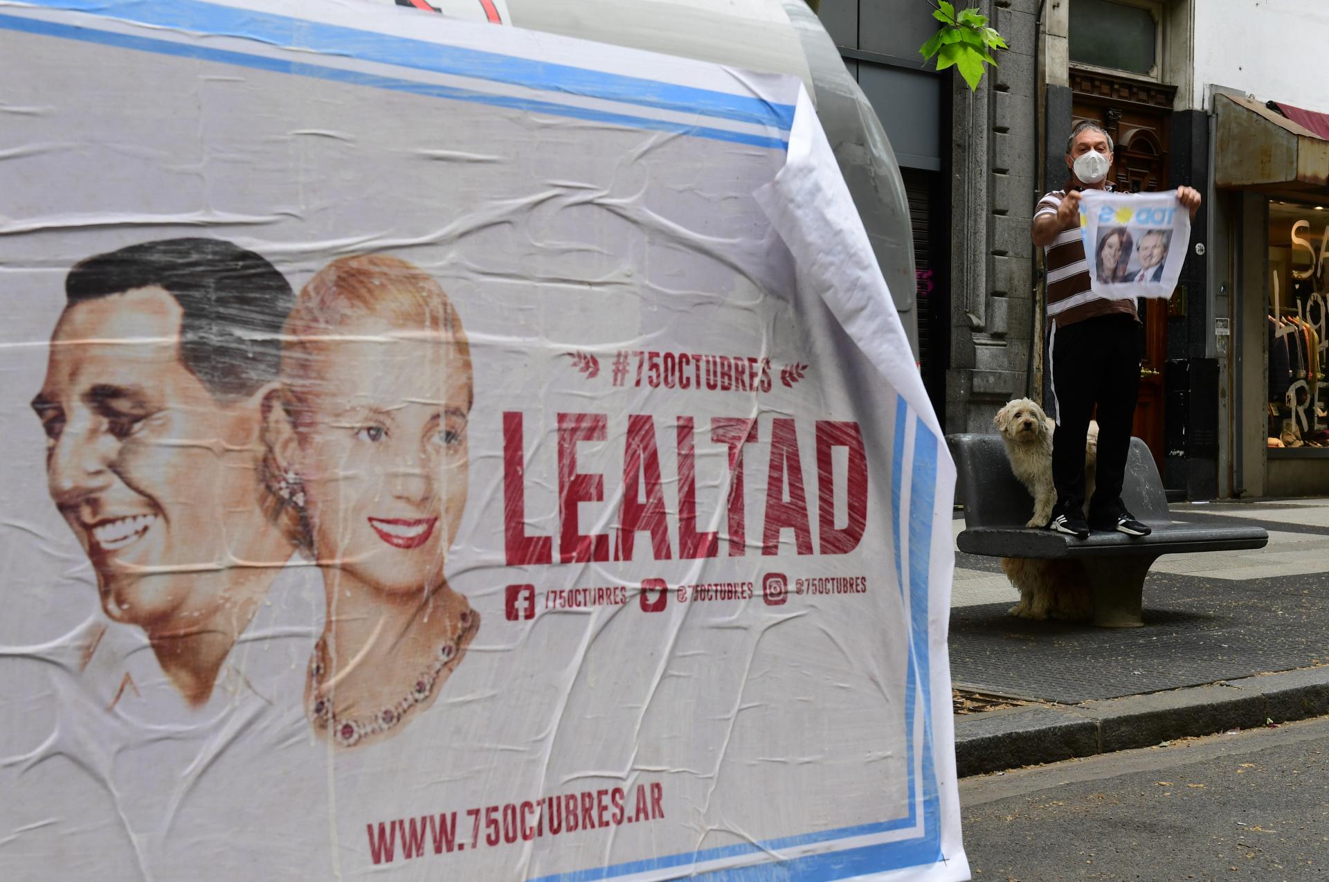Afiches alusivos al 75 aniversario del 17 de Octubre, considerada la fecha del nacimiento del movimiento peronista