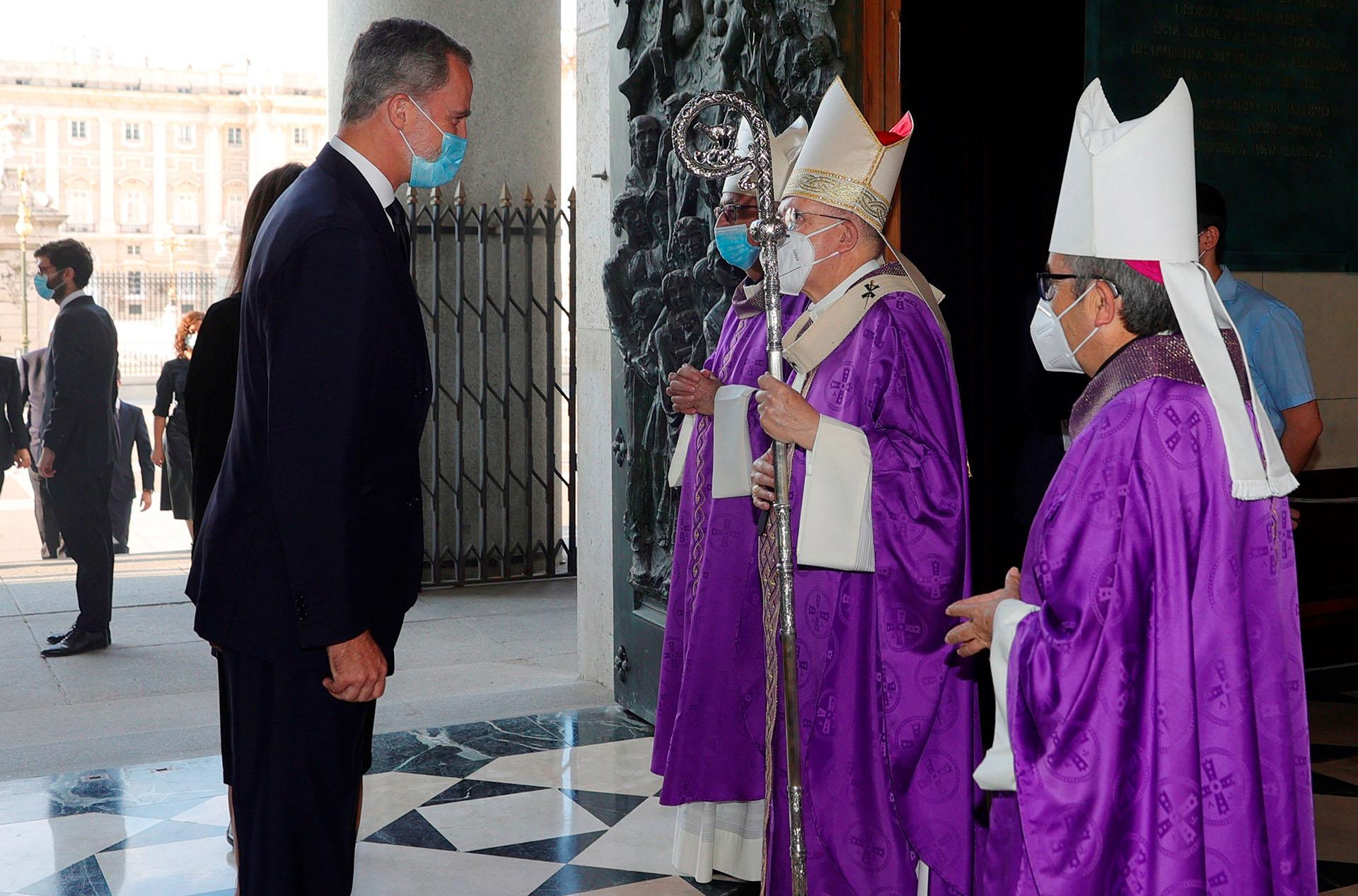 El rey Felipe saluda al arzobispo de Madrid, Carlos Osoro