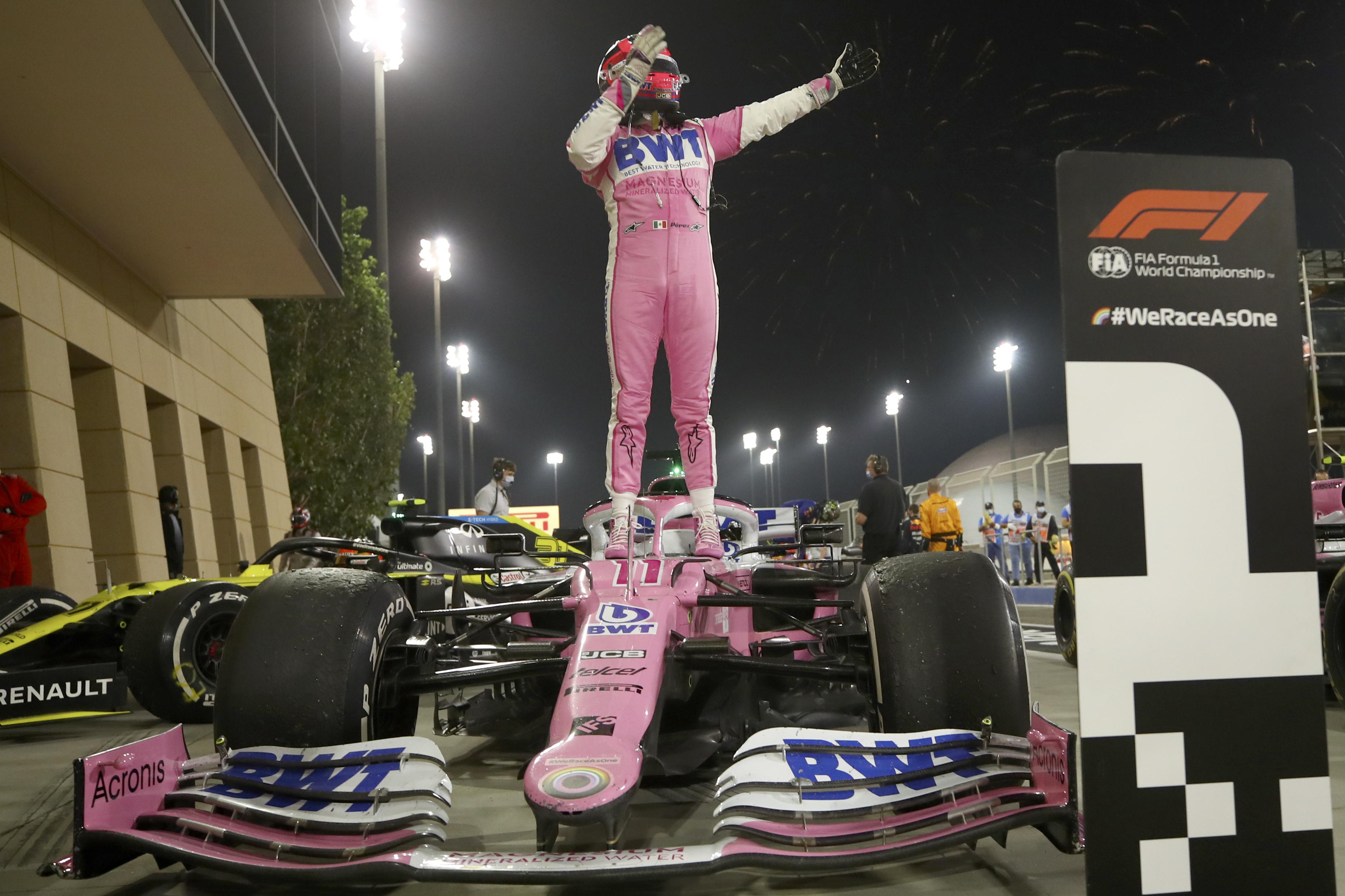 El piloto de Racing Point Sergio Pérez de México celebra su victoria en el Gran Premio de Fórmula 1 de Sakhir, Baréin el domingo 6 de diciembre de 2020.