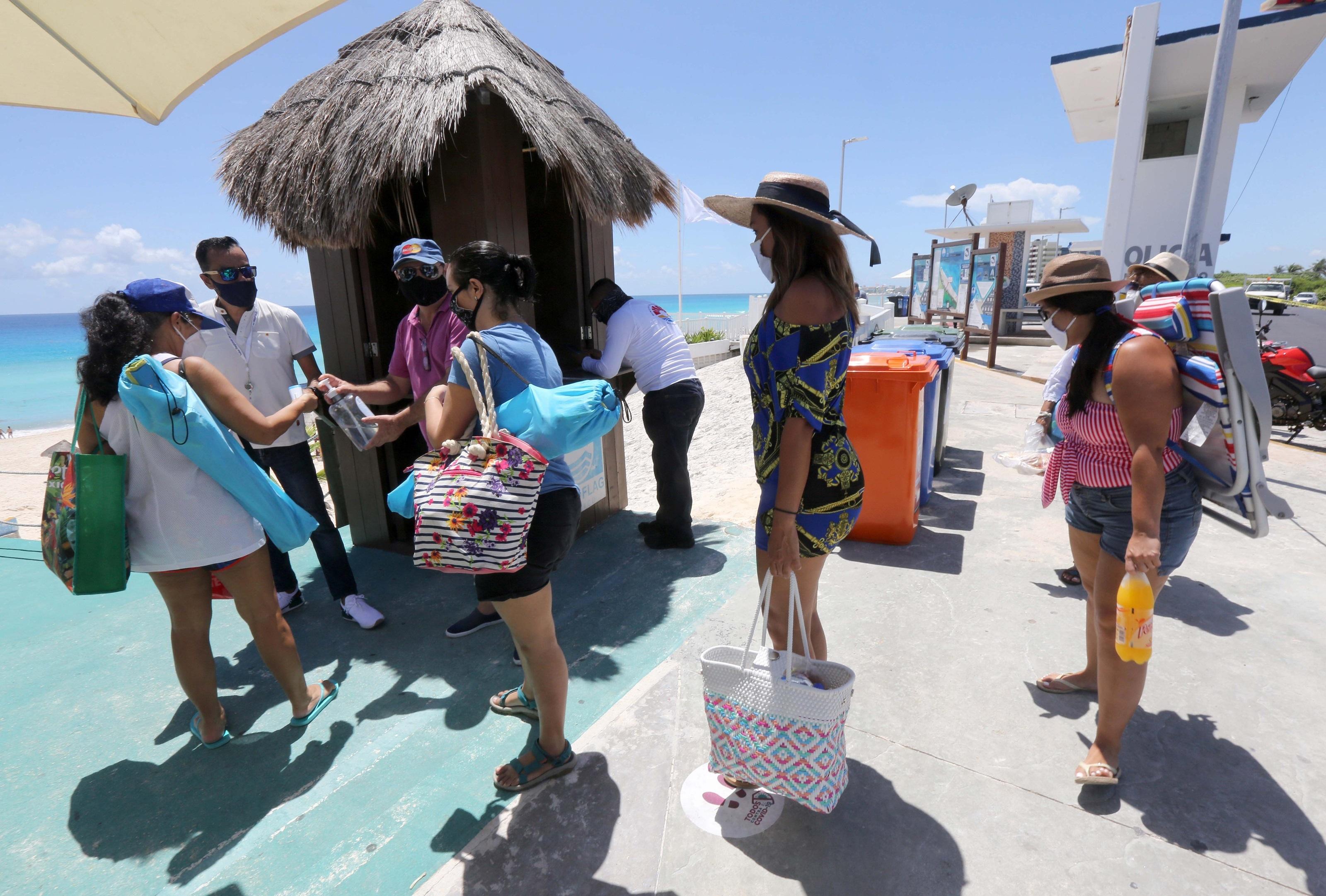 Turistas llegan hoy al balneario de Cancún, en el estado de Quintana Roo (México). EFE/ Alonso Cupul/Archivo