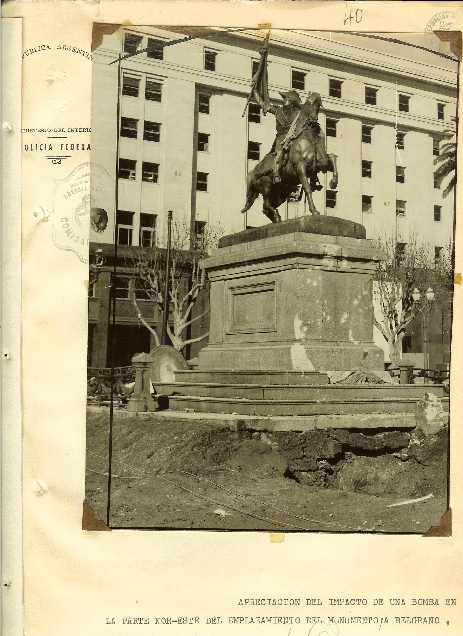 Monumento a Belgrano frente a la Casa Rosada. En 2010 la secretaría de Derechos Humanos logró identificar a 309 de los muertos.