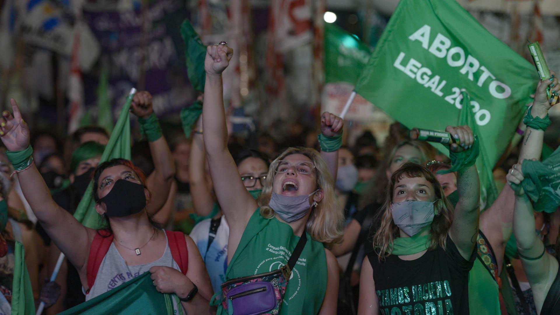 Miles de mujeres permanecieron durante toda la madrugada en las inmediaciones del Congreso