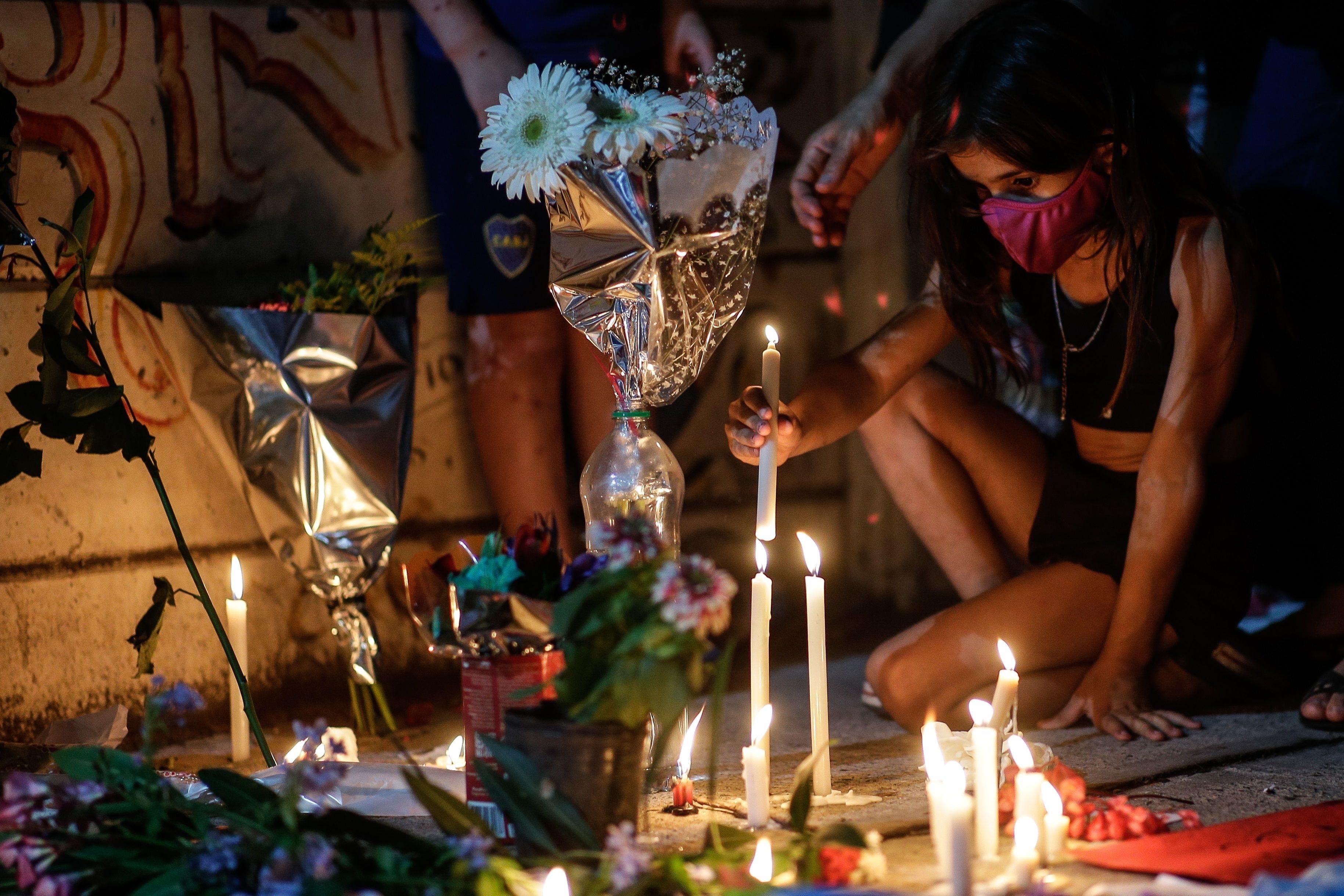 Niños y jóvenes que no han visto jugar a Maradona también sienten el dolor de su muerte
