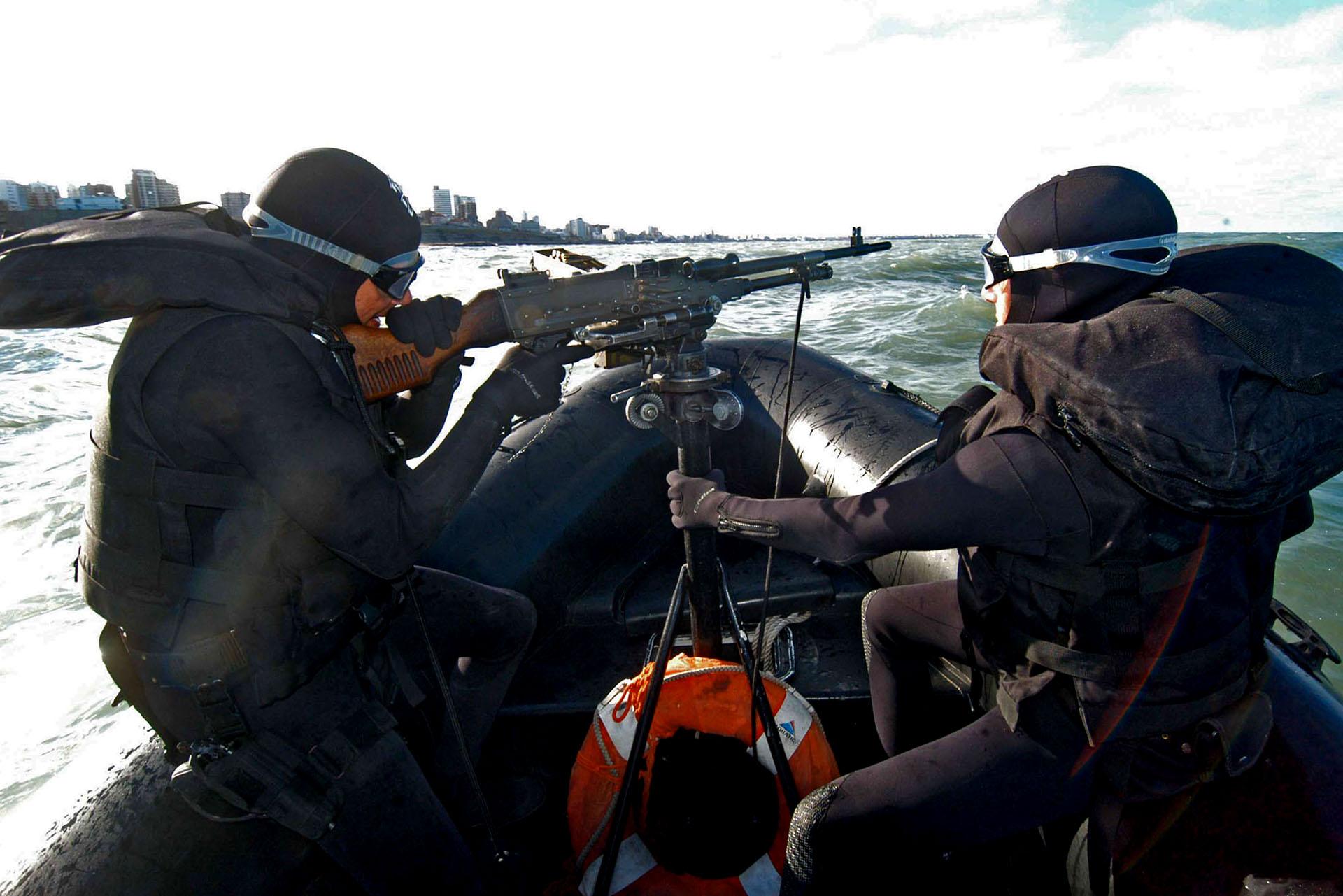Personal del Grupo Albatros de la Prefectura Naval Argentina patrulla el mar como parte del operativo de seguridad implementado por la IV Cumbre de las Americas (Fotos: NA)