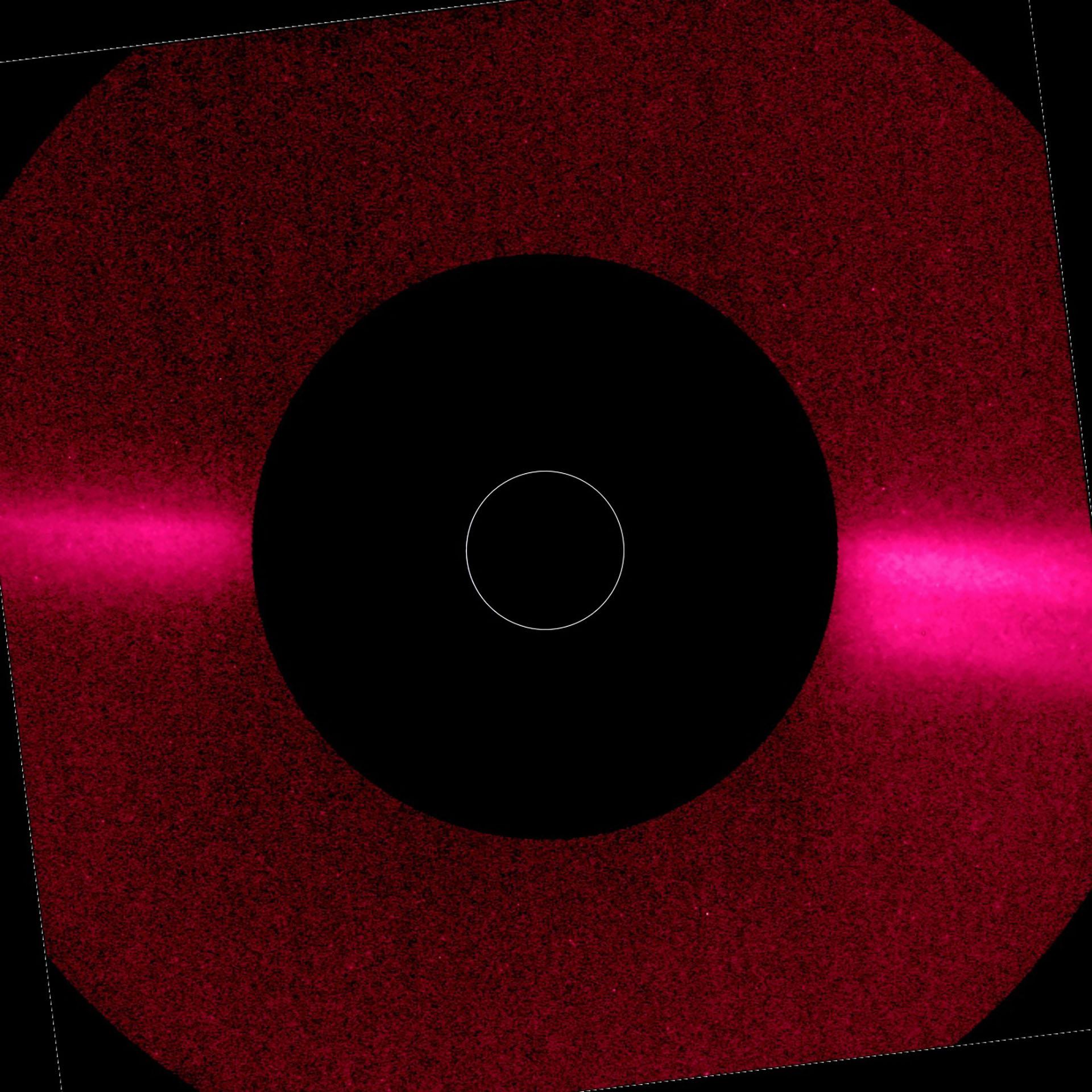 Una imagen de la corona del Sol obtenida con el instrumento Metis el 21 de junio de 2020, poco después del primer perihelio de la nave espacial. Fue tomada en luz visible (580-640 nm). Muestra las dos brillantes serpentinas ecuatoriales y las regiones polares más tenues que son características de la corona solar durante épocas de mínima actividad magnética (EFE/EPA/ÓRBITRO SOLAR/ EQUIPO METIS/ ESA)