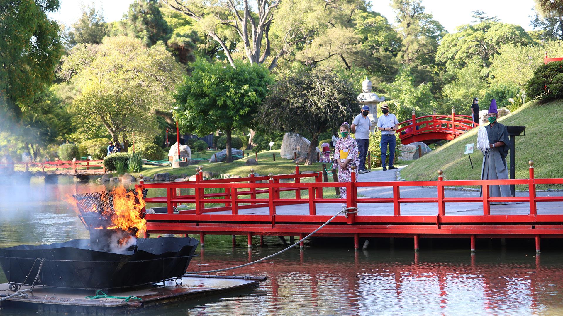 En el Jardín Japonés y con un ritual especial se llevó a cabo la quema de Darumas. El sábado 26 tendrá lugar la última ceremonia. Se ingresa por Av. Casares y Figueroa Alcorta y la entrada cuesta 220 pesos. (Gentileza Jardín Japonés)