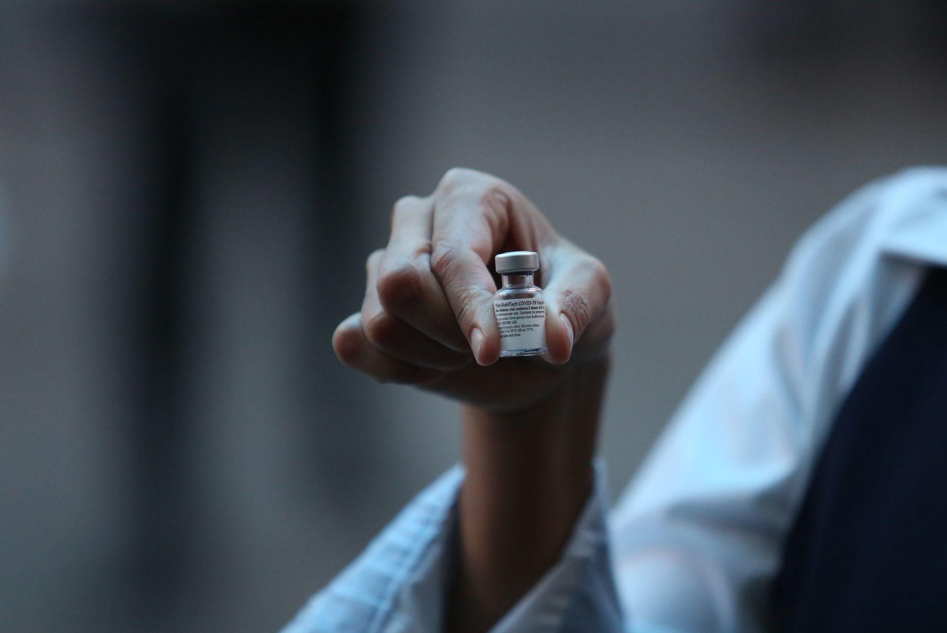 Fueron aplicadas las cinco primeras vacunas contra el COVID-19 en Baja California a personal médico que están en la primera línea de atención a pacientes positivos al Coronavirus. El evento protocolario que se realizó en el centro de gobierno estatal en Tijuana. 13 de enero de 2021.