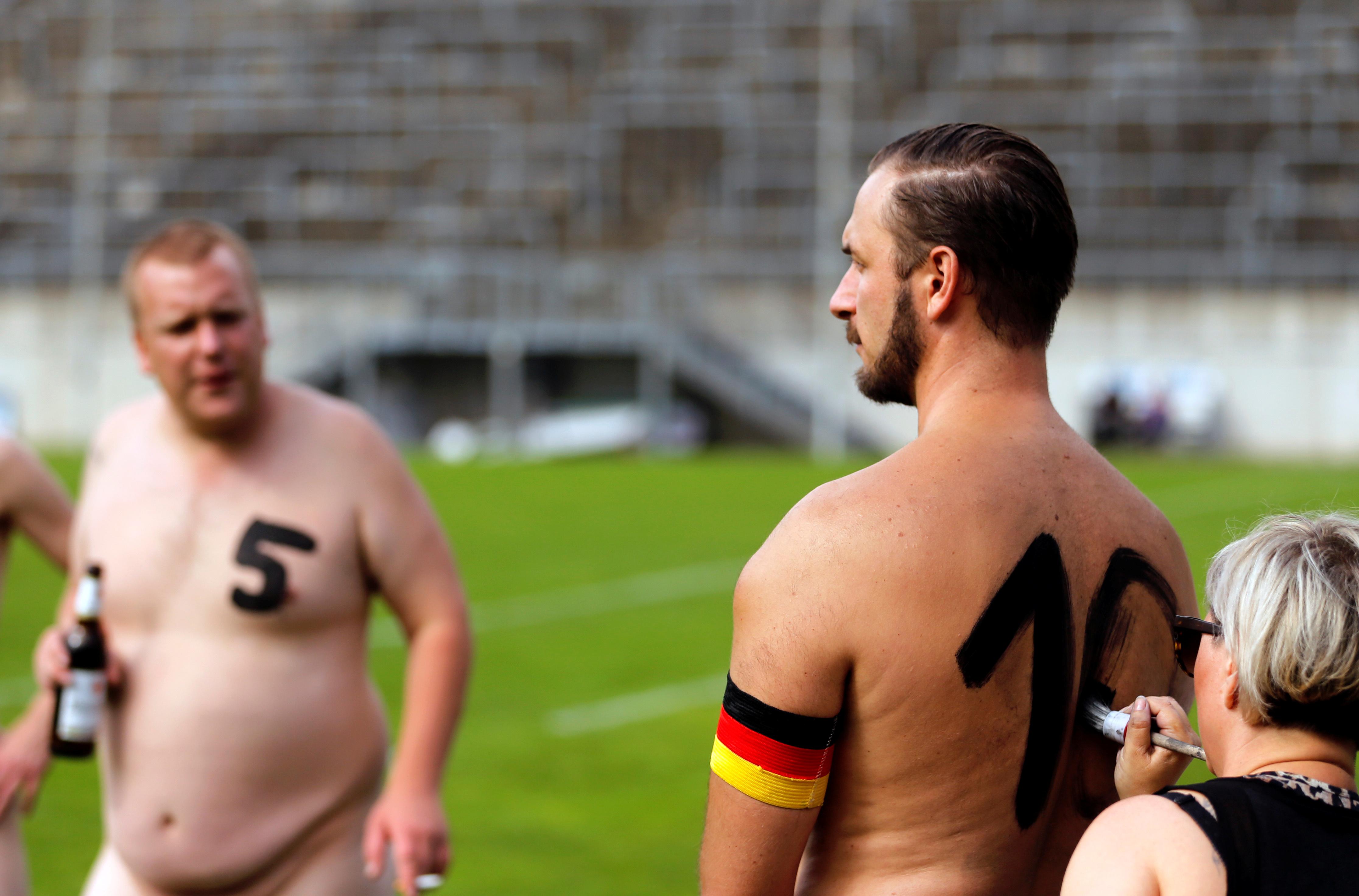 Al no tener camiseta, los futbolistas se escribieron los números en la espalda