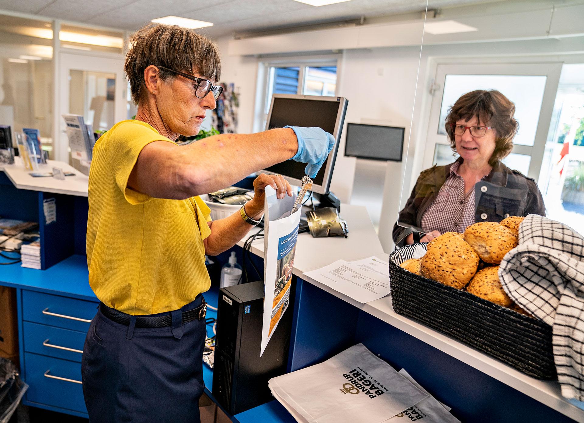 Una turista alemana es recibida en el centro vacacional de