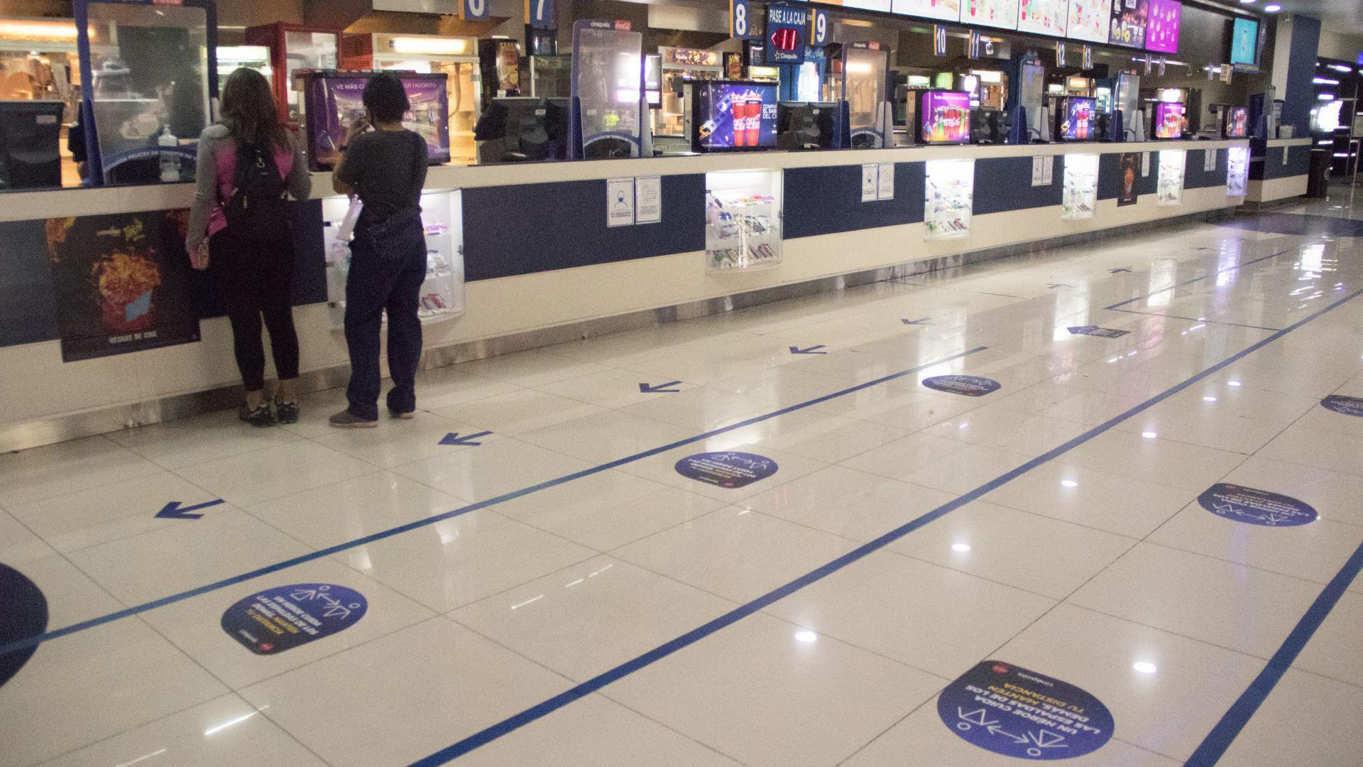 Se colocaron calcomanías en el piso para que las personas sepan donde parar y así poder guardar la sana distancia entre cada uno (Foto: Cuartoscuro)