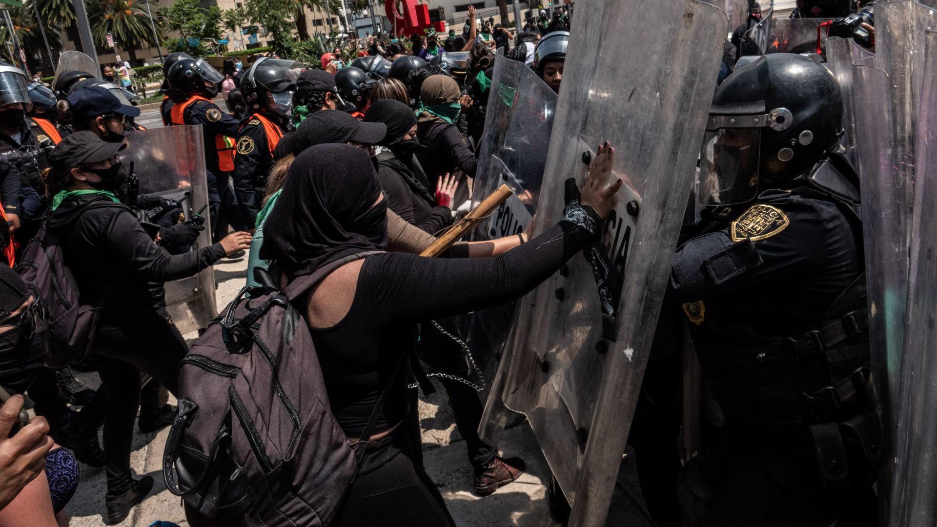En varios puntos de la manifestación se registran conatos de violencia entre los manifestantes y los cuerpos de seguridad que custodiaban la marcha (Foto: Cuartoscuro)