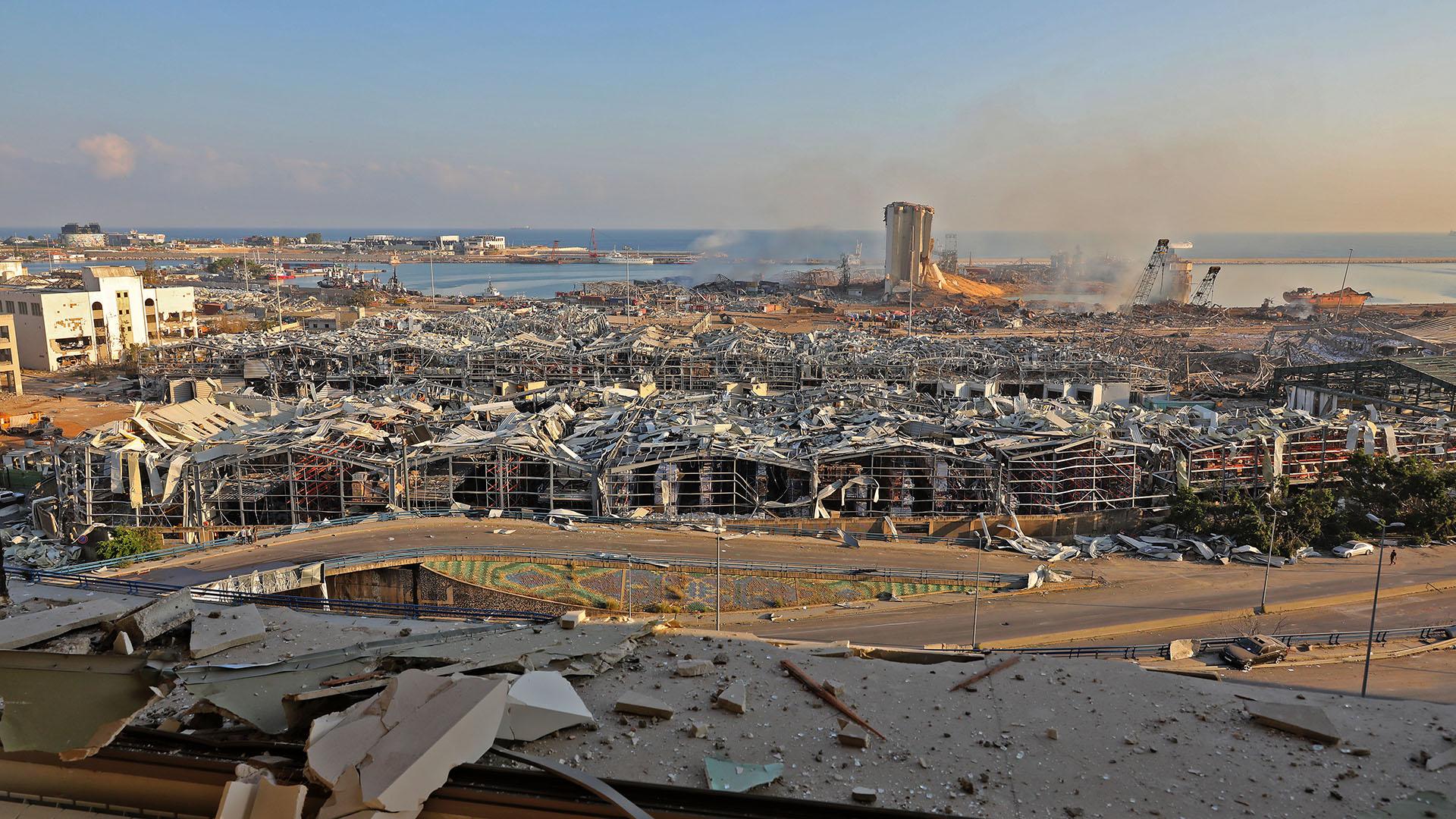 Las secuelas de la explosión de ayer en el puerto de Beirut el 5 de agosto de 2020 (Foto por Anwar AMRO / AFP)