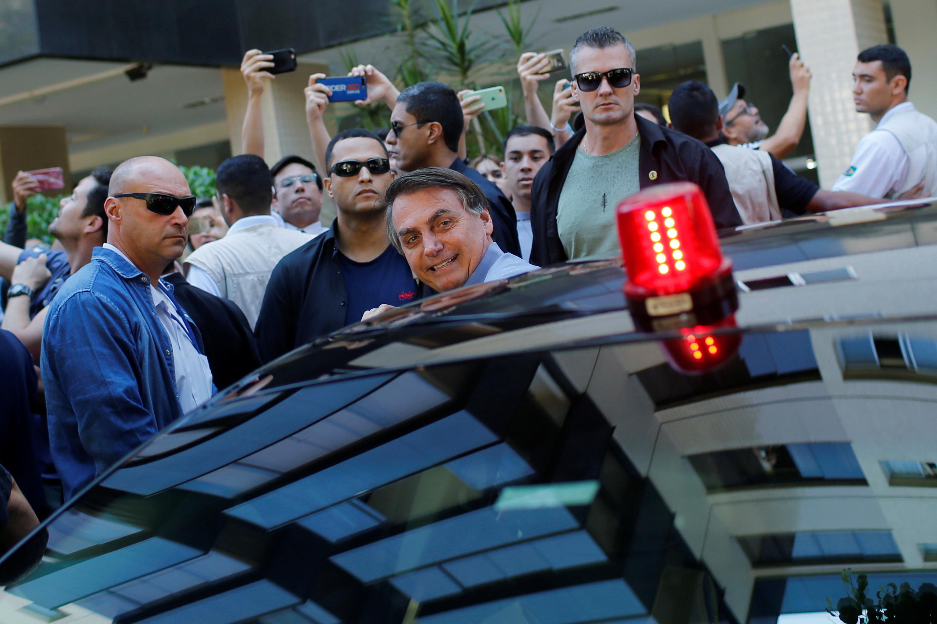El presidente Bolsonaro en un barrio del Sudoeste, durante el brote de coronavirus en Brasil, el pasado 10 de abril (REUTERS/Adriano Machado)