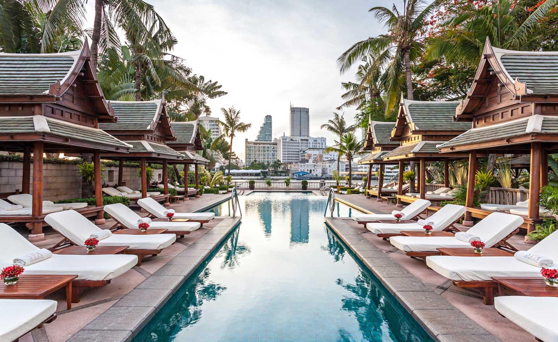 Parece Londres pero en realidad es The Peninsula, en el barrio de Thonburi de Bangkok, gracias a los vehículos de carreras británicos estacionados en el frente. El espacio ofrece magníficas vistas sobre Chao Praya y las casas del río Thai al otro lado del agua. La piscina se encuentra entre las mejores de la ciudad (The Peninsula Bangkok)
